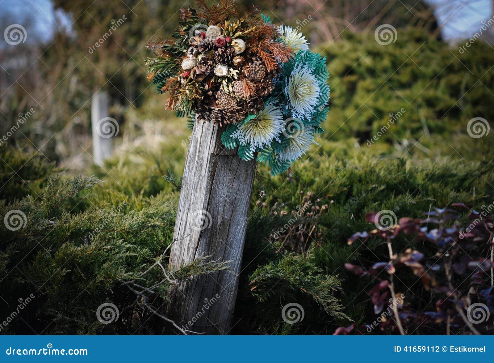 Могила с искусственными цветками
