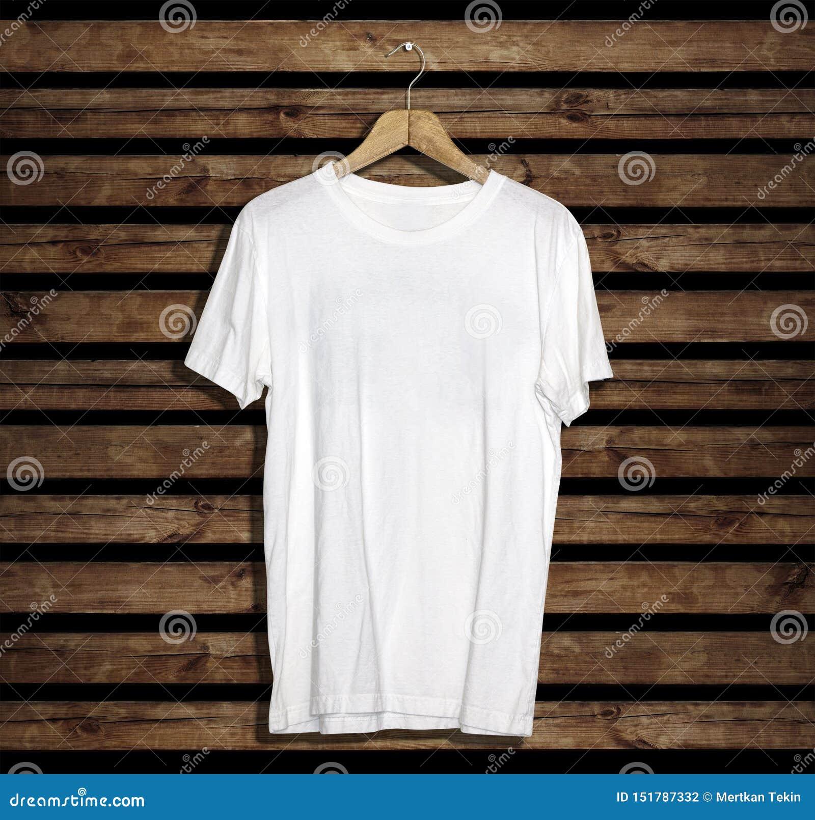 Модель-макет и шаблон футболки на деревянной предпосылке для моды и график-дизайнера