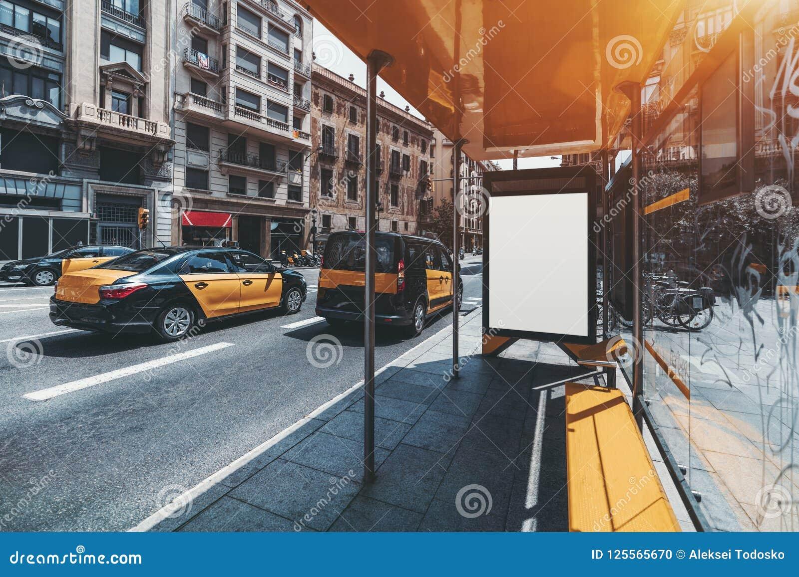 Модель-макет шильдика на автобусной остановке, такси на левой стороне