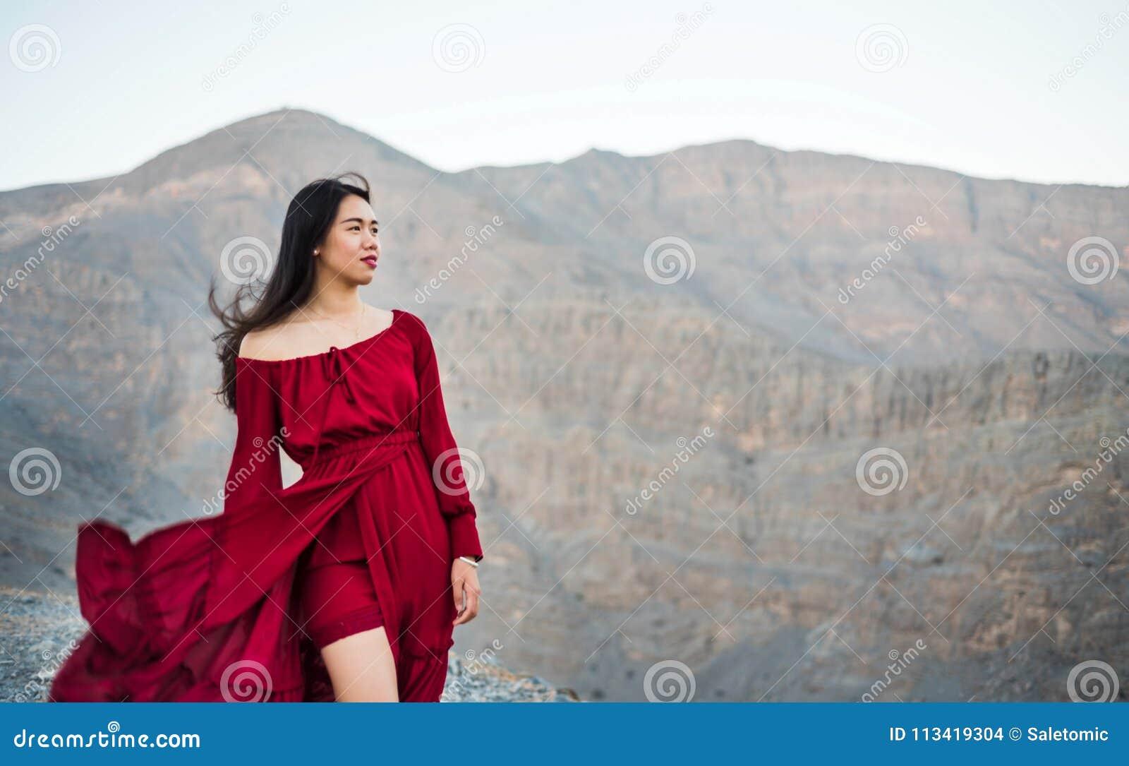 девушка модель горы