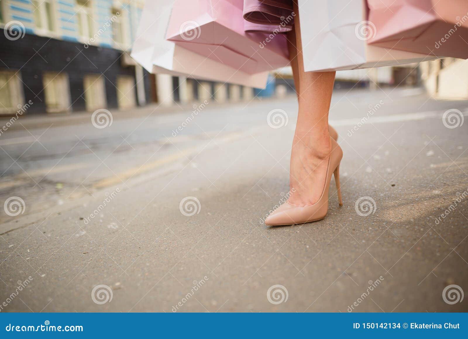 Модно одел женщину на улицах маленького города, ходя по магазинам концепцию