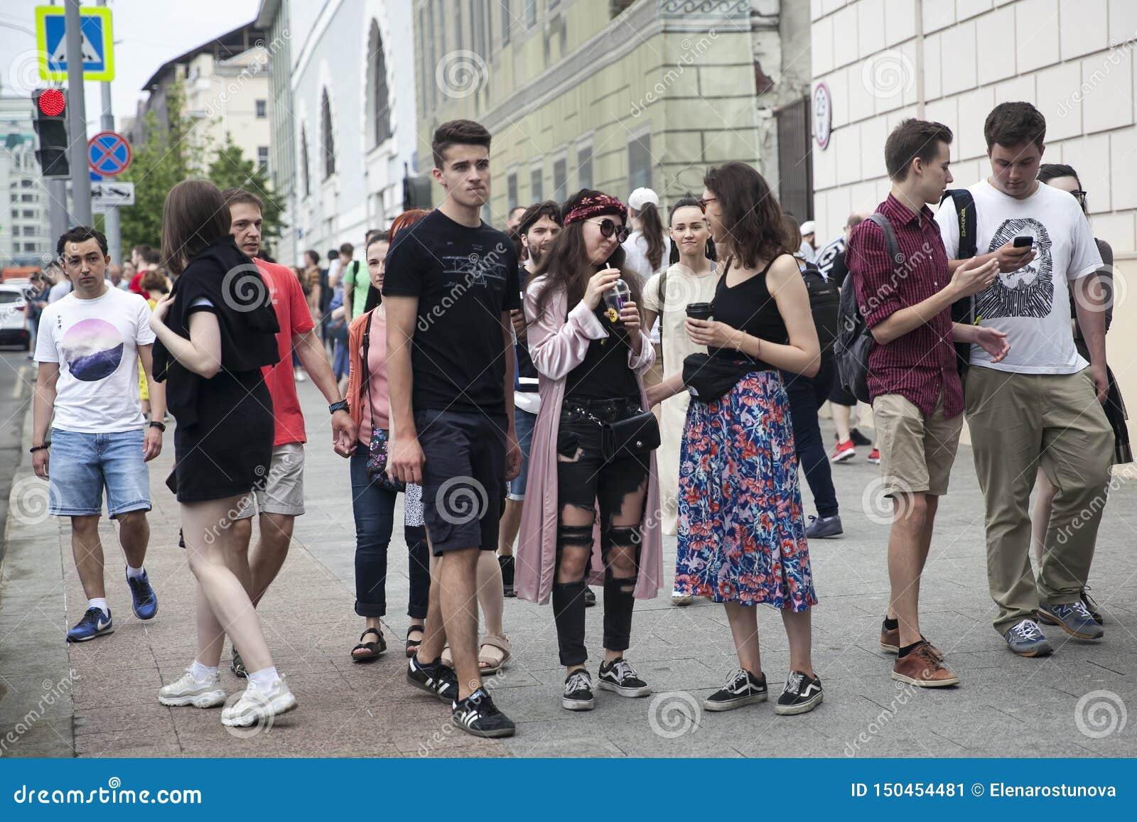 Модно одетые люди идут к центру города Редакционное Фото - изображение насчитывающей девушка, толпа: 150454481