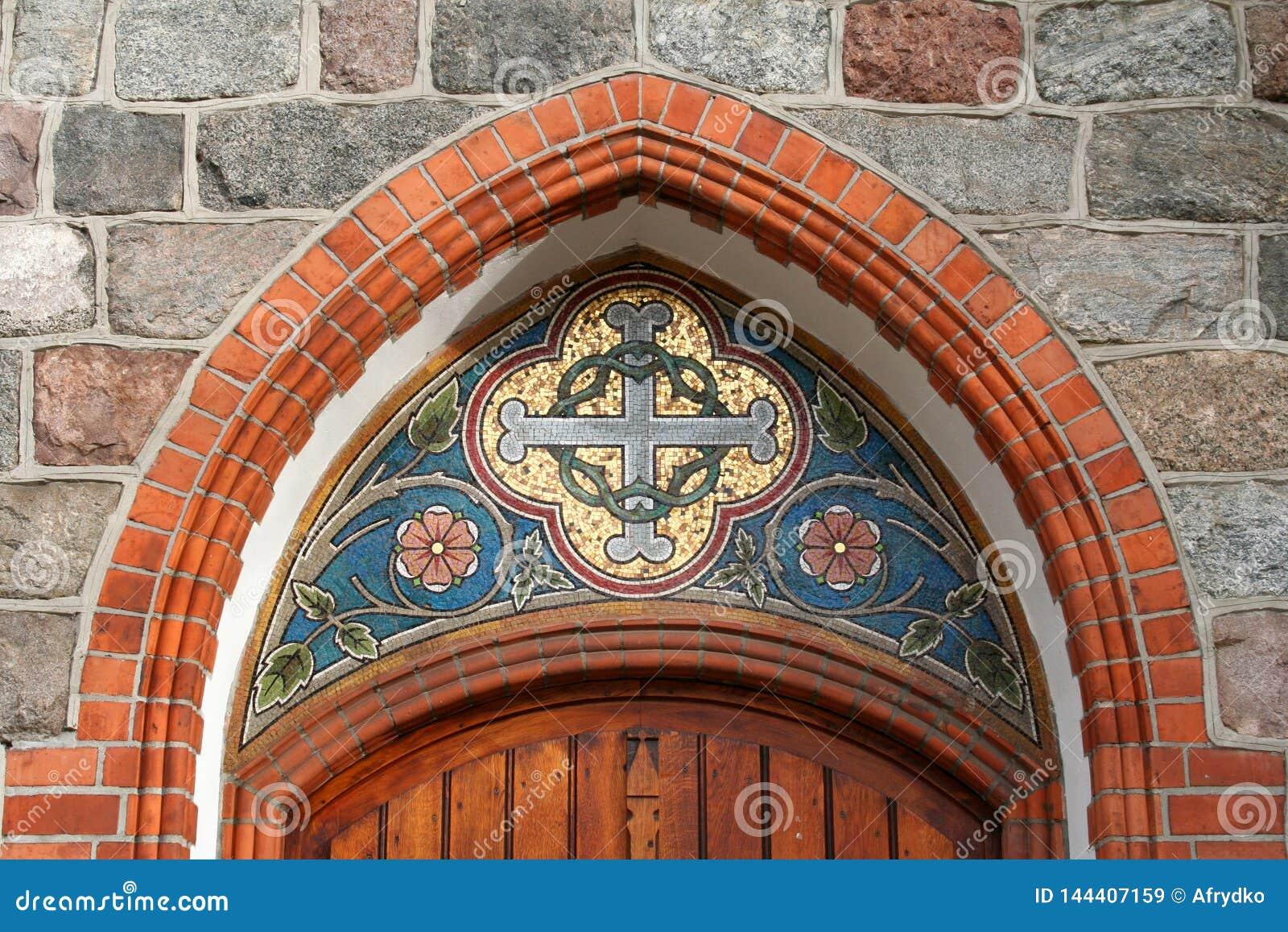 Мозаика над входом к церков