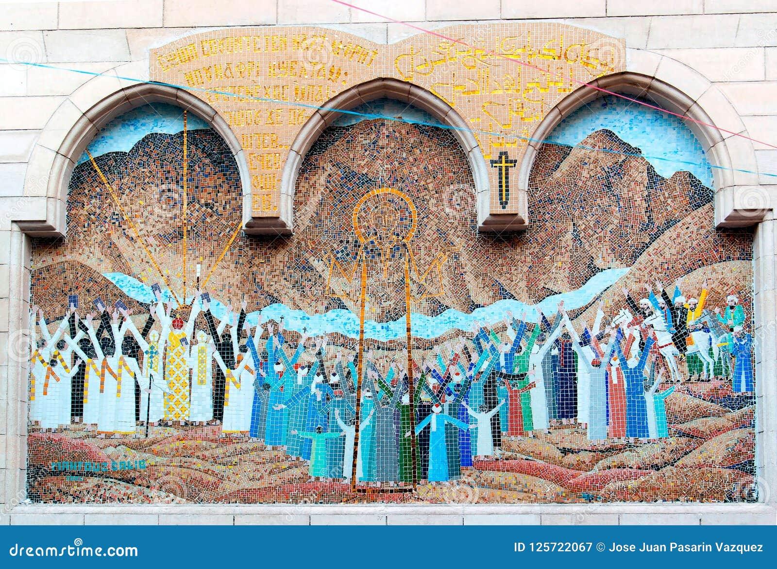 Мозаика представляя Иисус Христос на входе малой коптской церков с деревянным крылечком столбца
