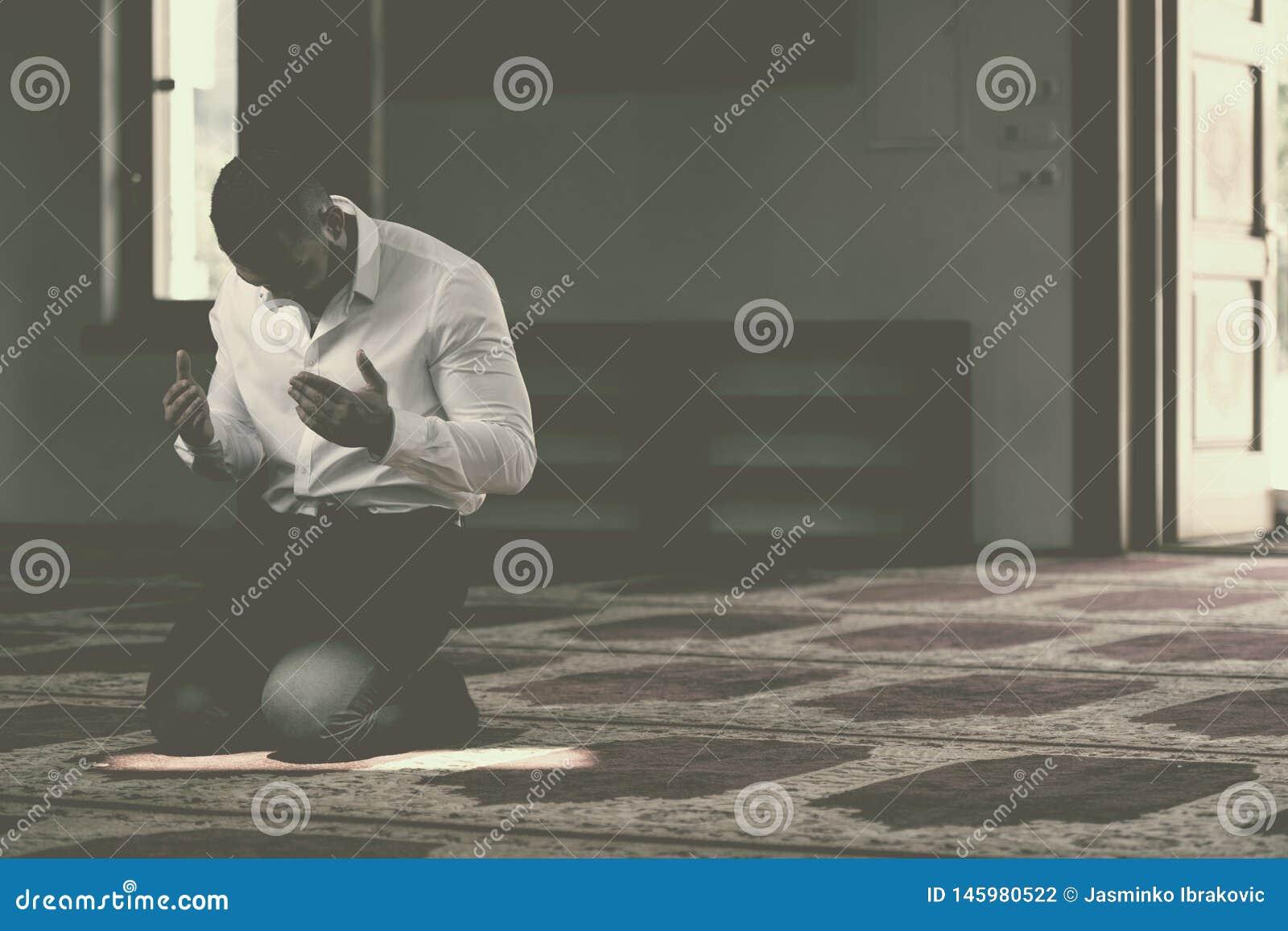 Молитва бизнесмена на мечети