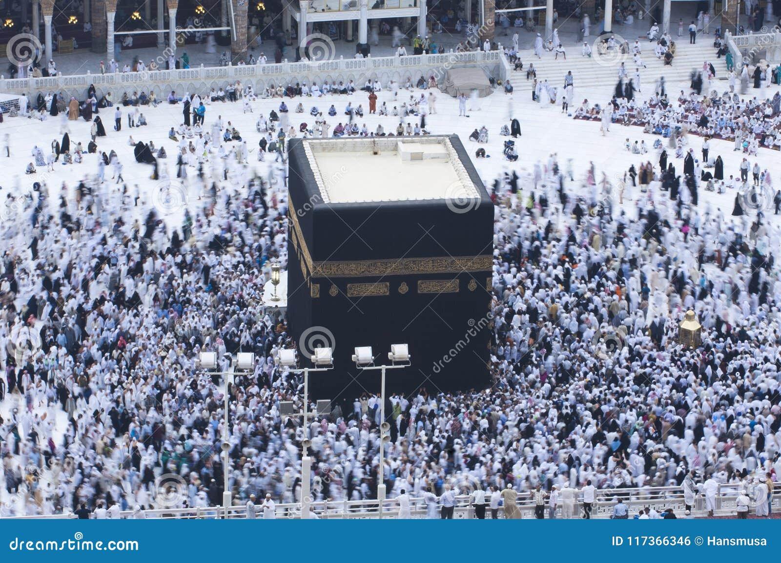 Молитва и Tawaf - circumambulation - вокруг AlKaaba в мекке, a