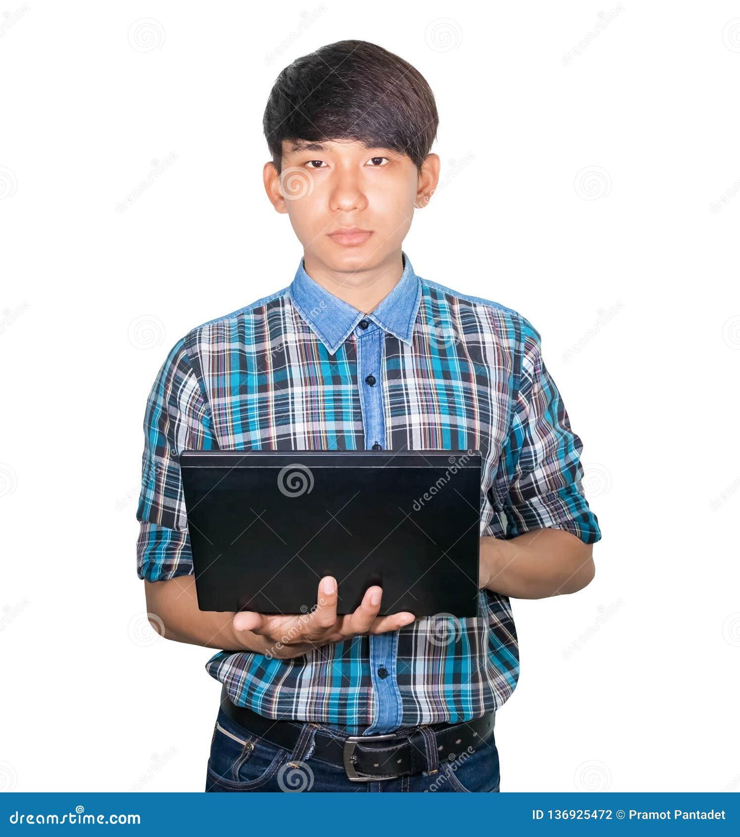 Молодая бизнесмена красивая используя ноутбук на белой предпосылке