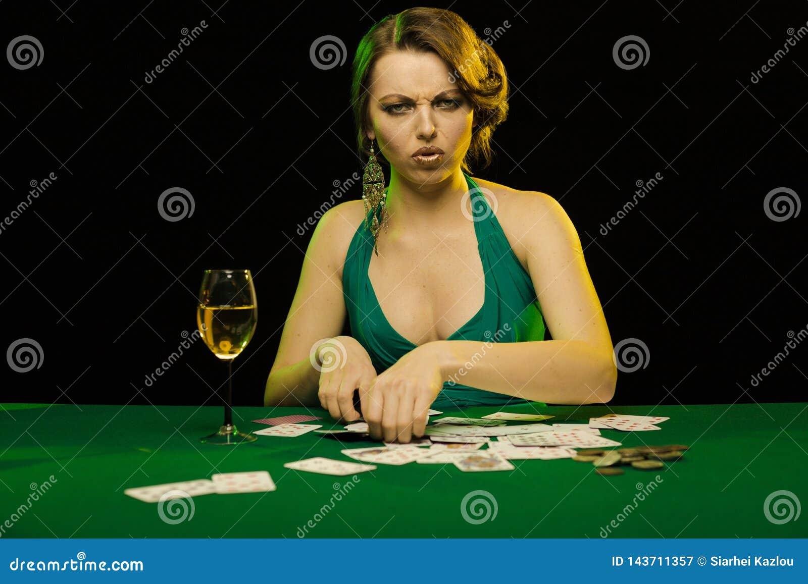 Дама играет в карты казино форум