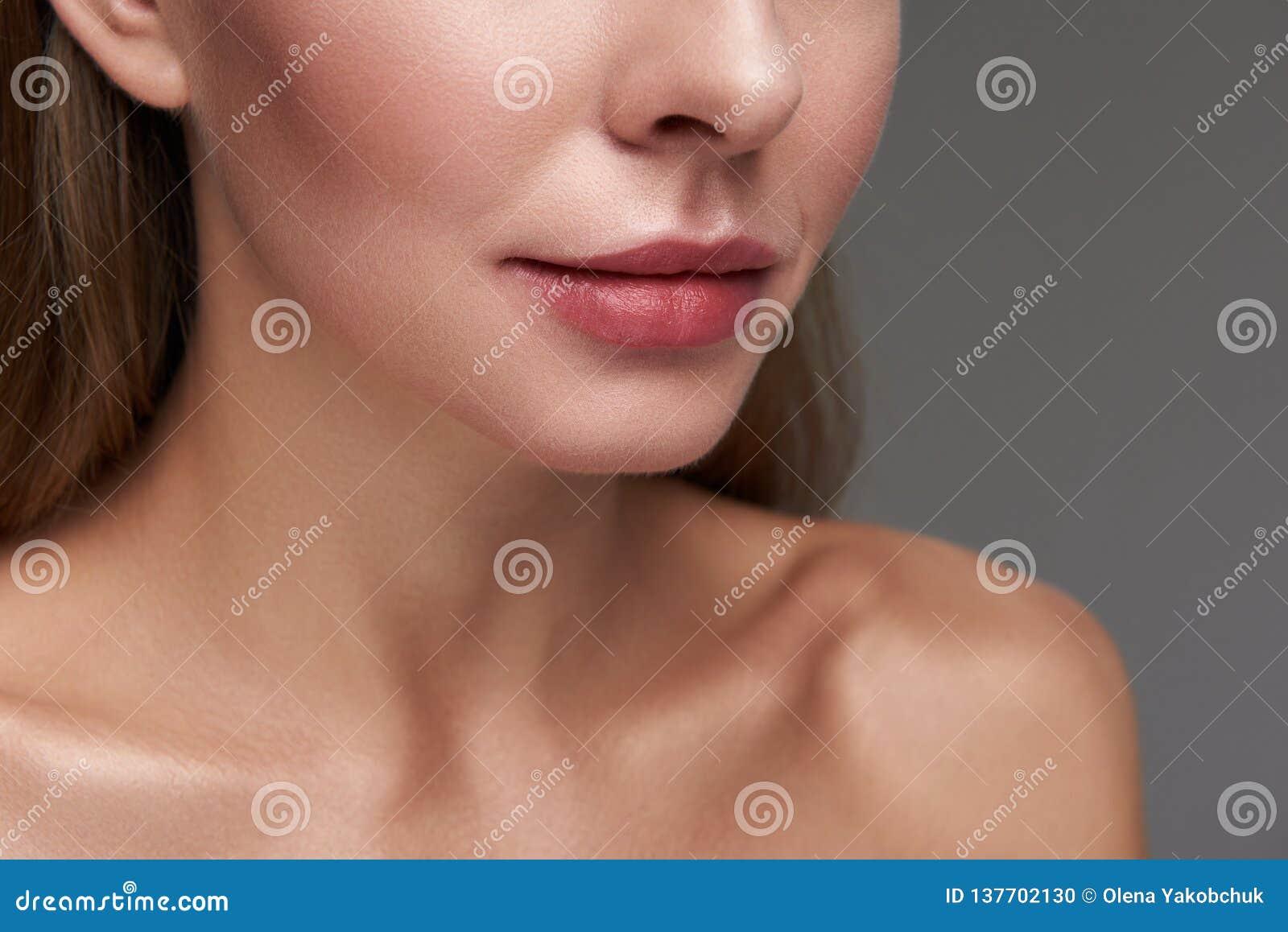 Молодая дама с нагими плечами и красивыми губами