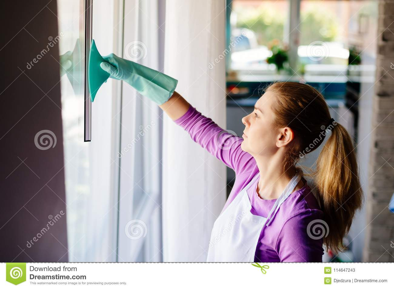 Молодая женщина в белых окнах чистки рисбермы
