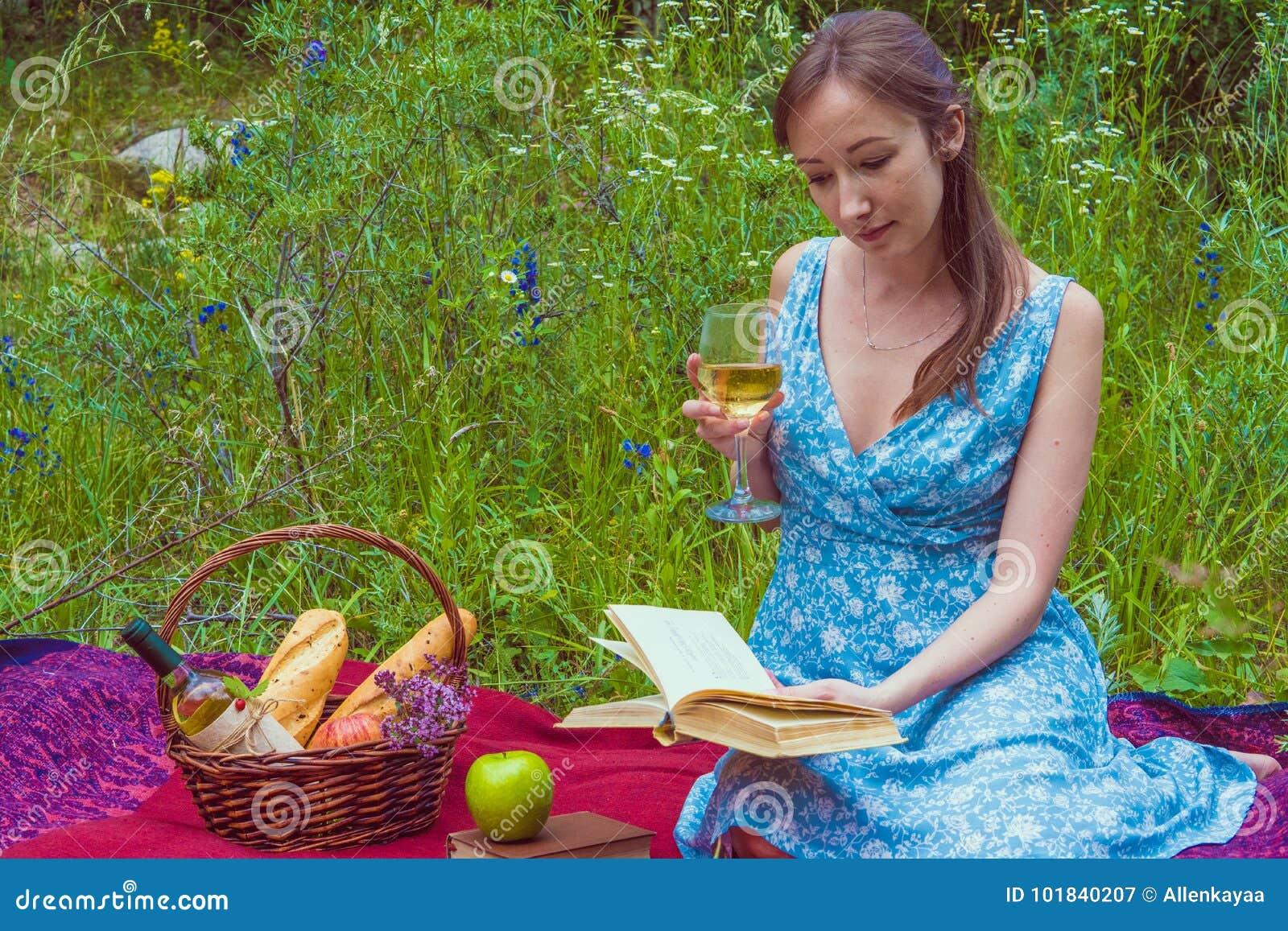 Молодая русская на пикнике