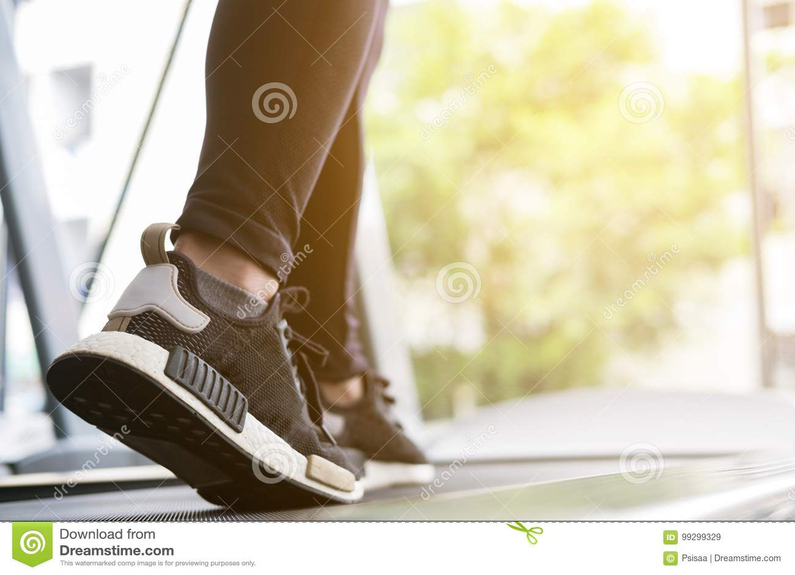 Молодая женщина исполняет тренировку в фитнес-центре спортсменка w