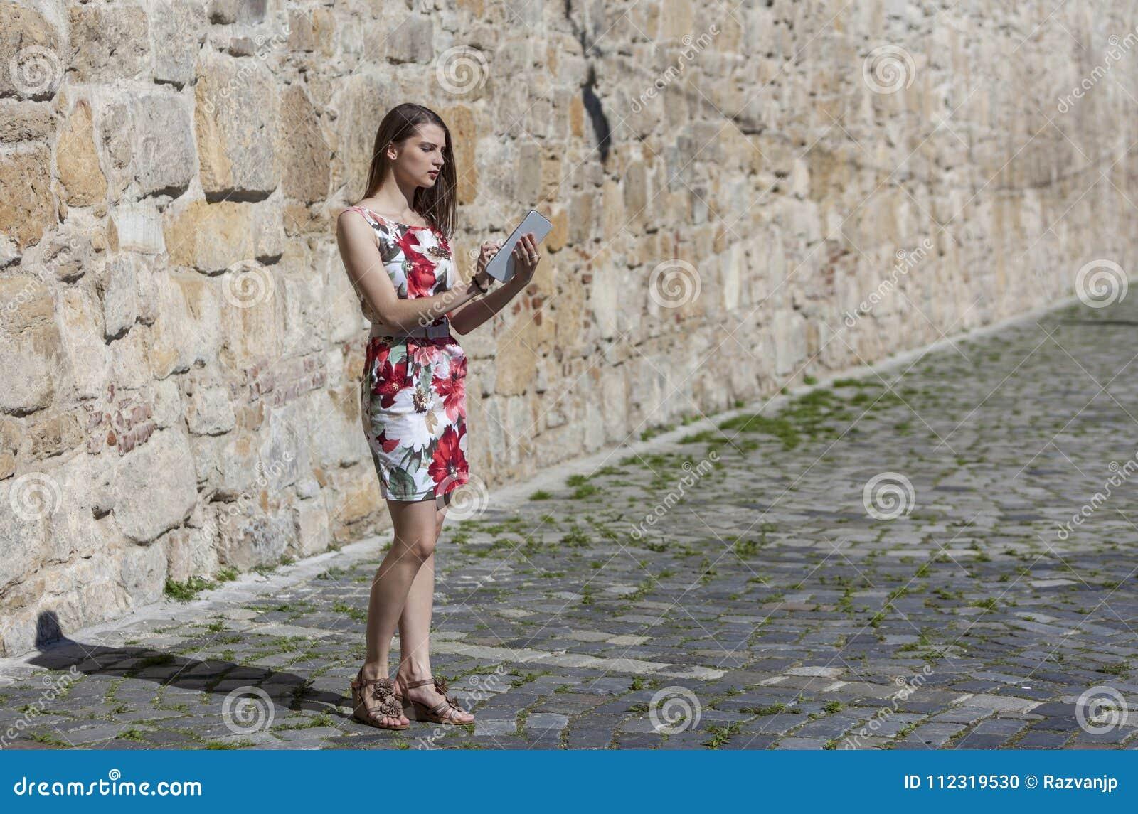 Молодая женщина используя таблетку