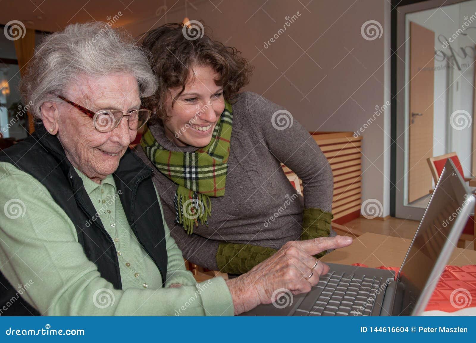 Молодая женщина и старшая женщина с тетрадью