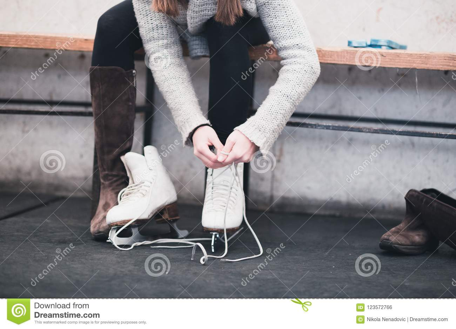 Молодая женщина наслаждаясь в льде scating