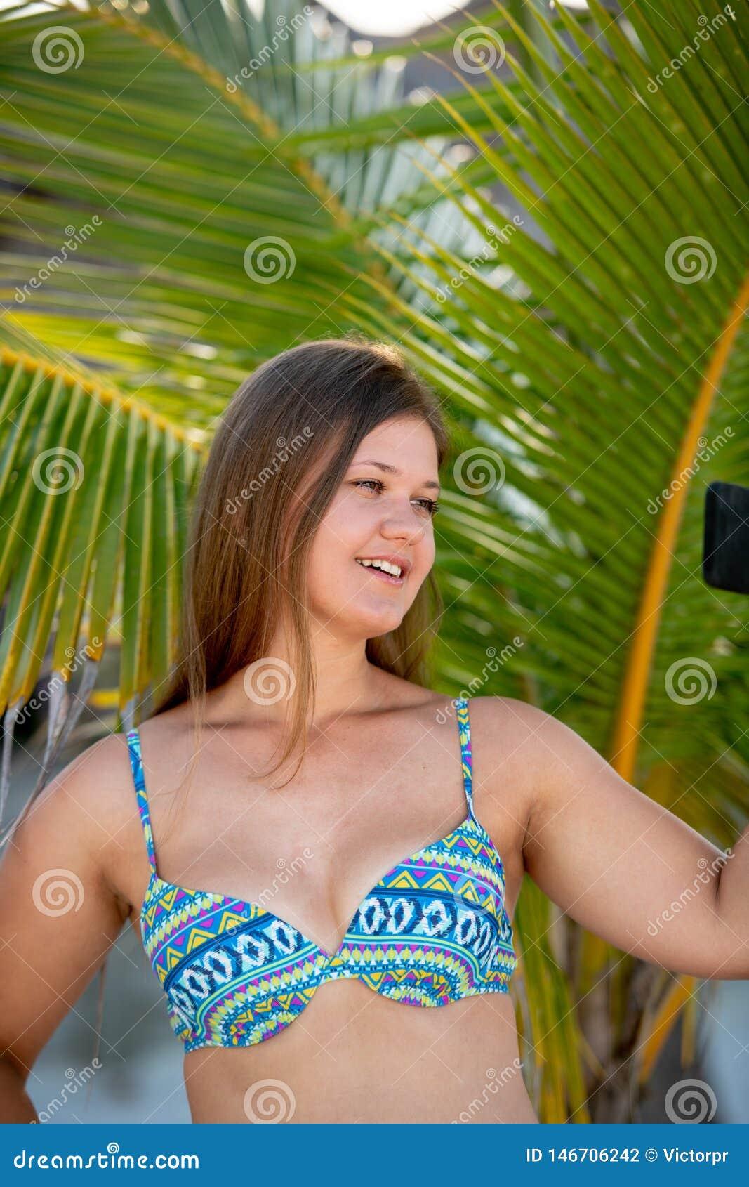 Молодая женщина со смартфоном перед ладонью