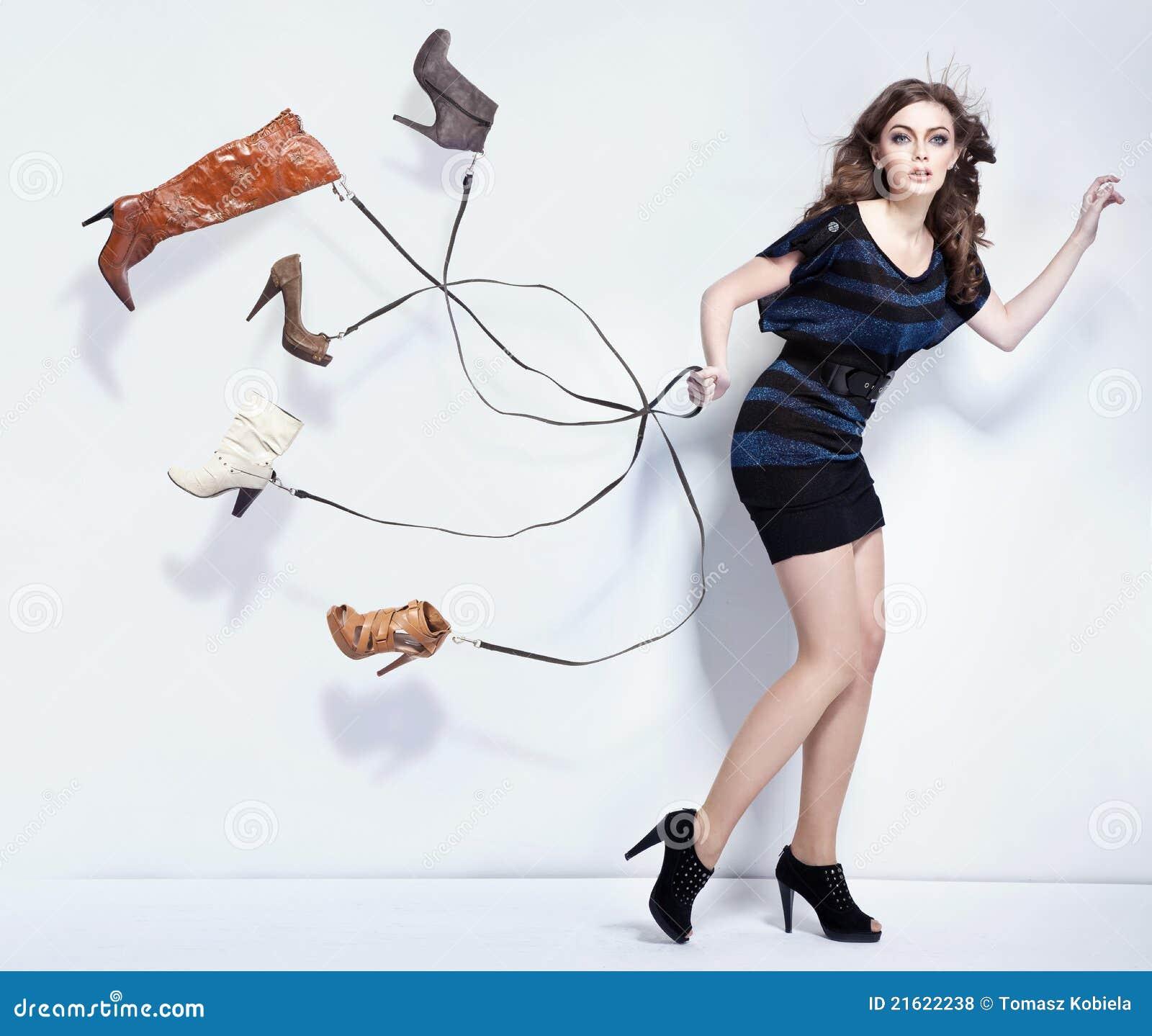 Молодая женщина с ботинками