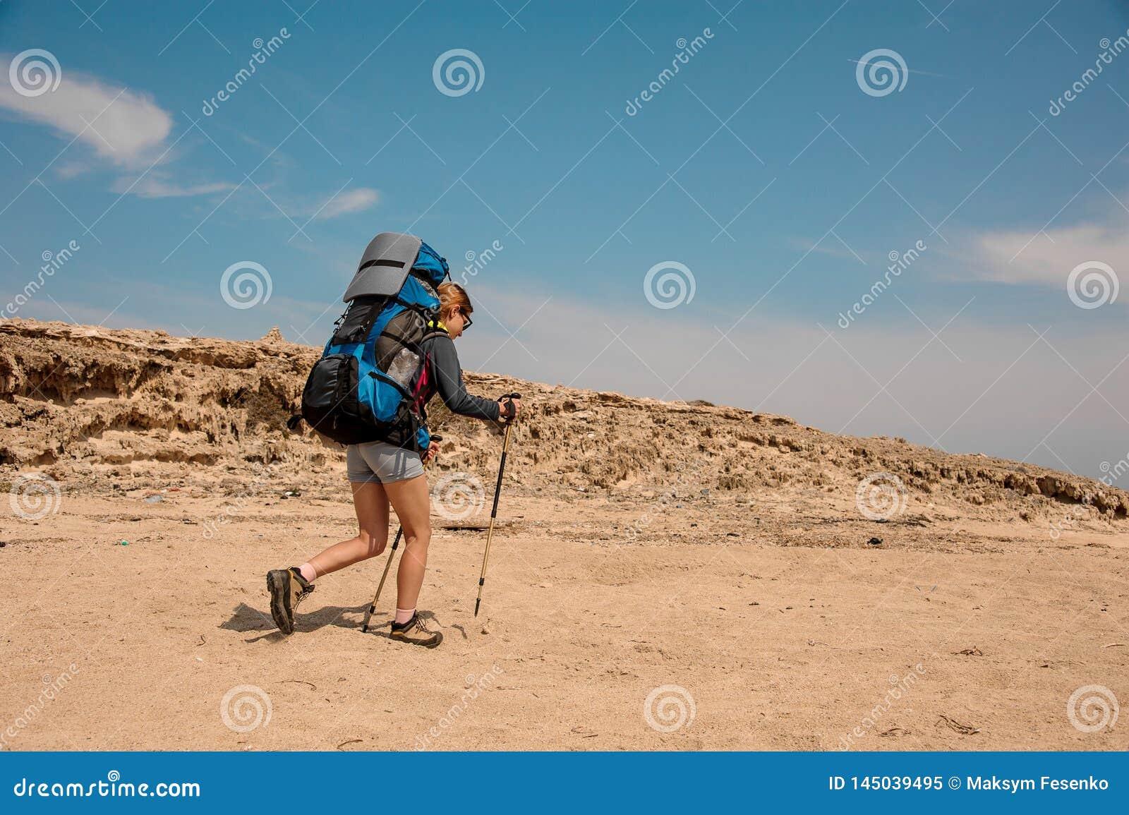 Молодая женщина с ручками в пустыне