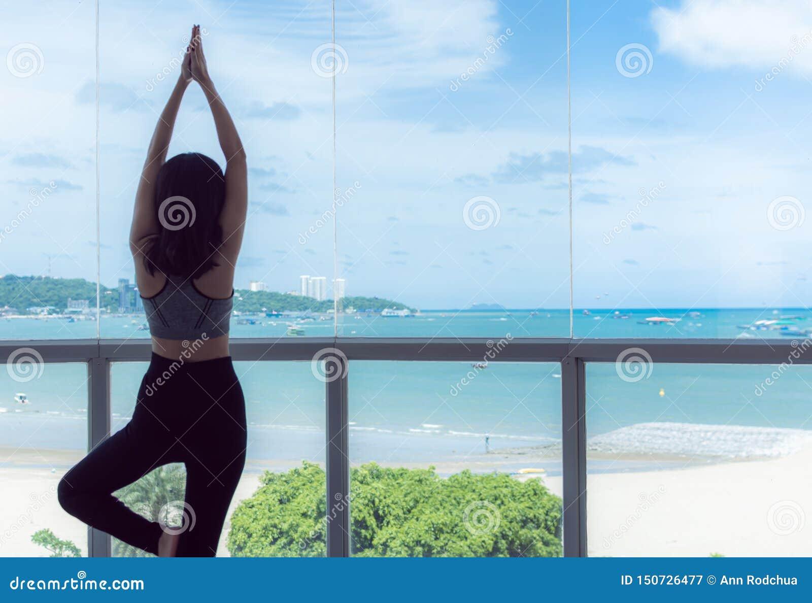 Молодая здоровая женщина практикует йогу