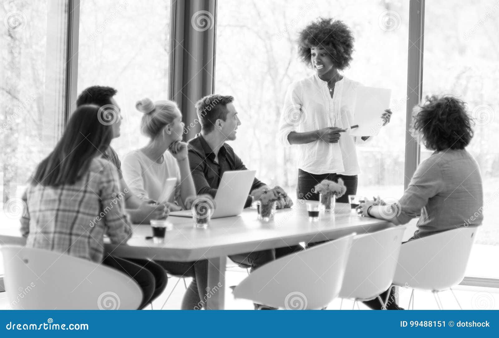 Молодая команда на работе