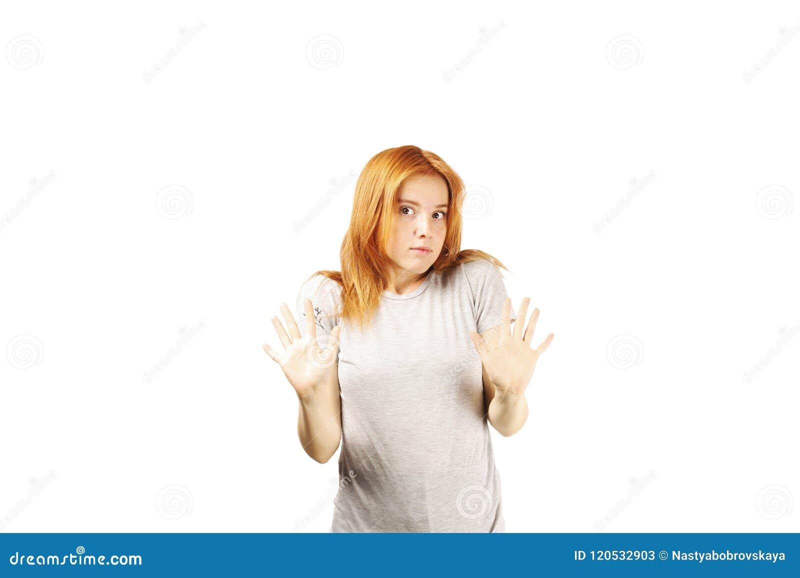Молодая красивая женщина, привлекательный естественный redhead, показывая эмоции, выражения лица, представляя на изолированной пр