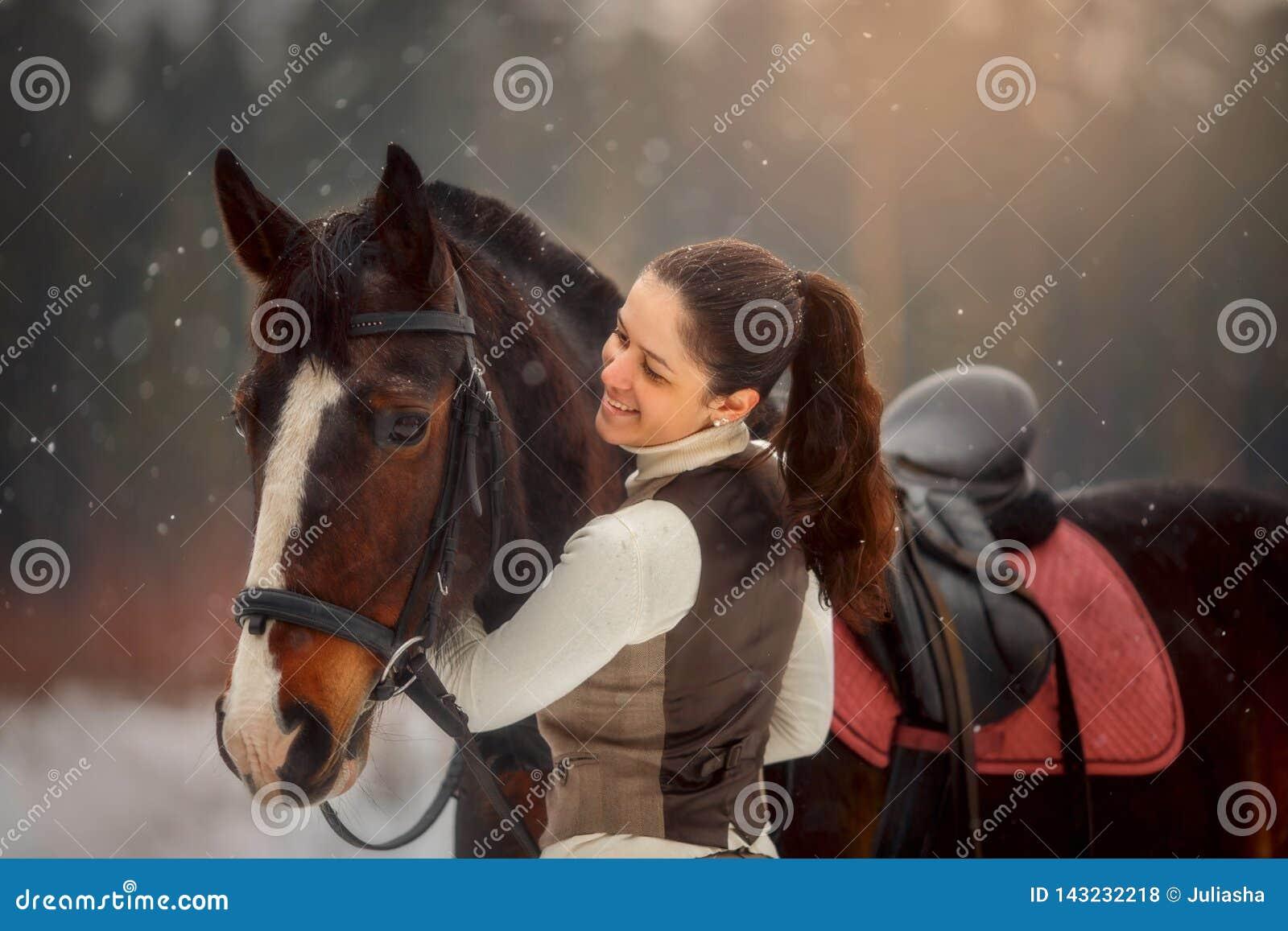Молодая красивая женщина с портретом лошади на открытом воздухе на весеннем дне