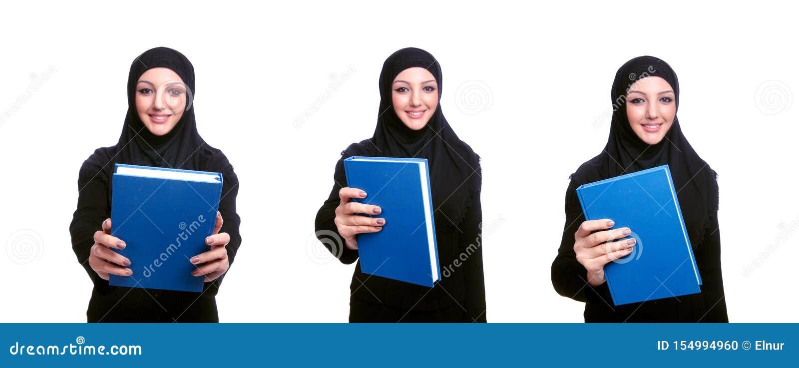 Молодая мусульманская женщина с книгой на белизне