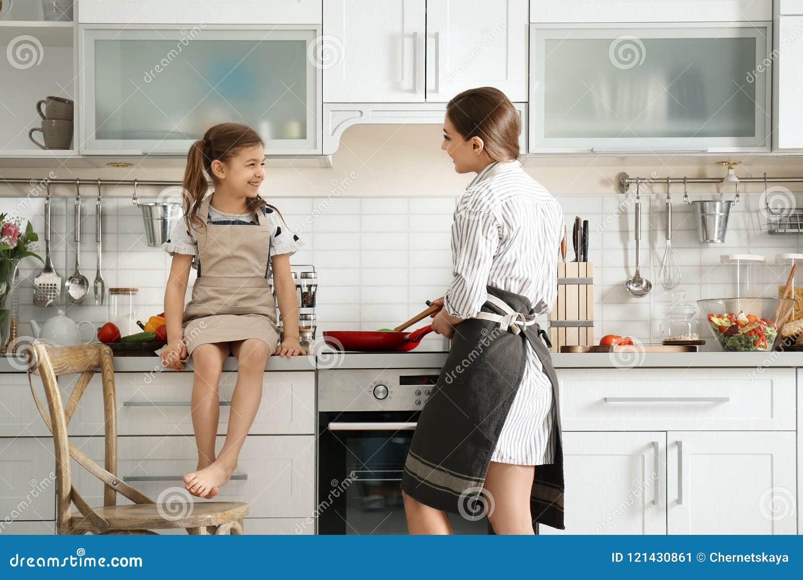 Молодая няня при милая маленькая девочка варя совместно