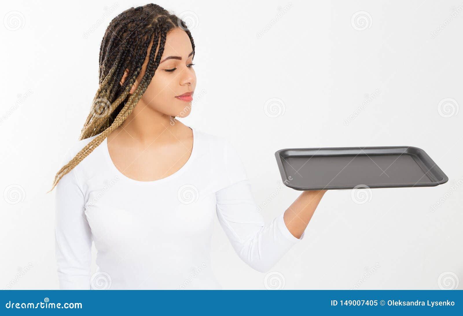 Молодая привлекательная женщина держа пустой поднос пиццы изолированный на белой предпосылке r Пустая предпосылка шаблона