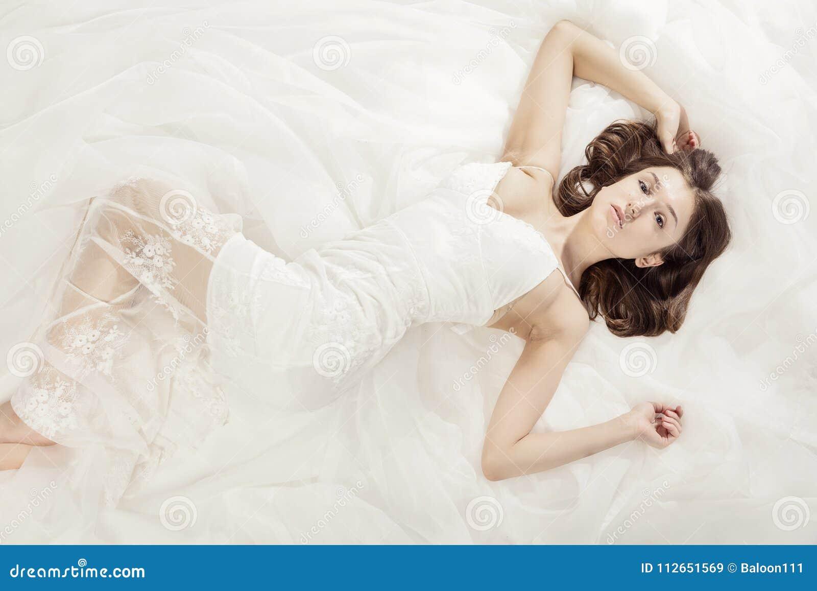 Сексуальная девушки лежит