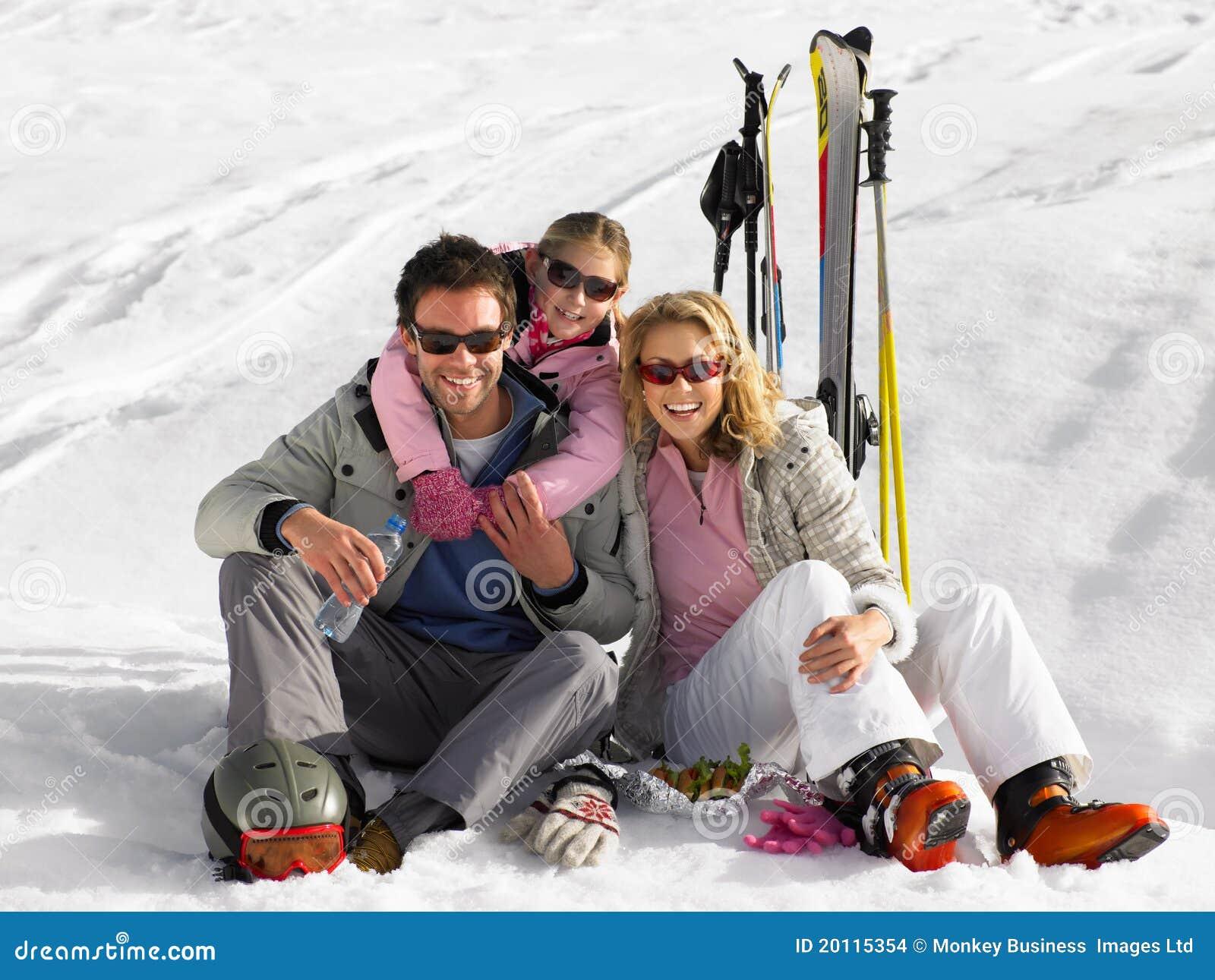 Молодая семья на каникуле лыжи