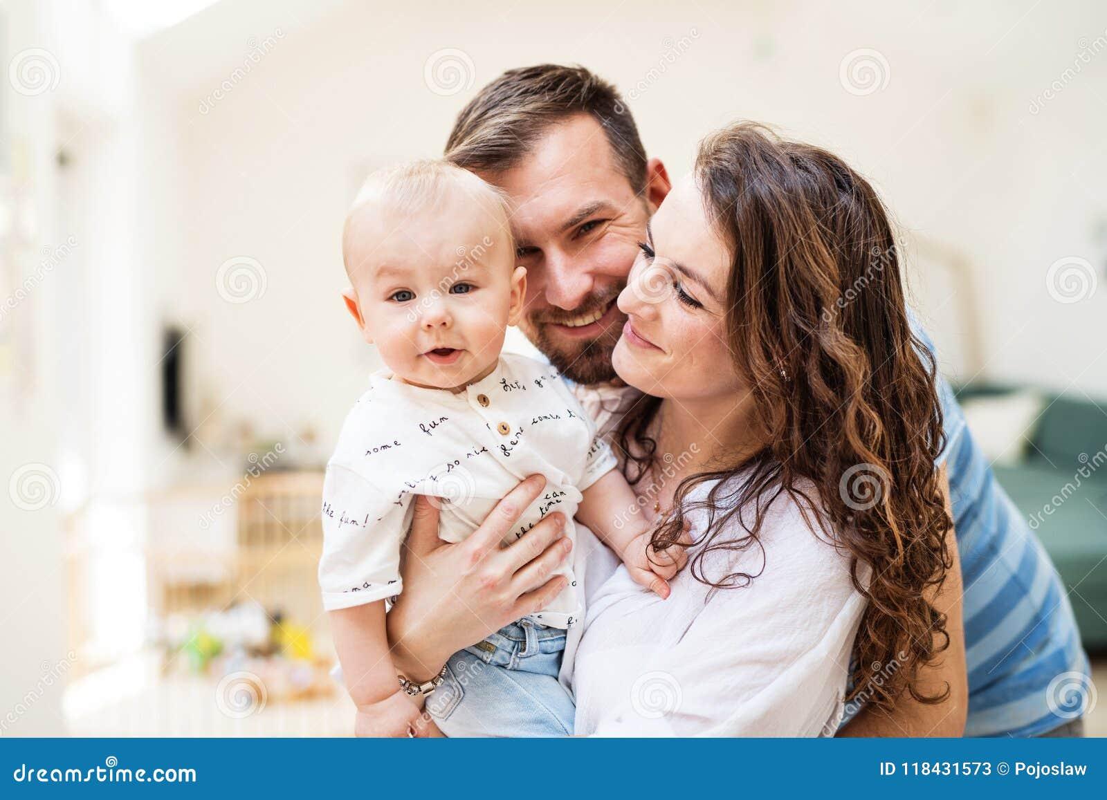 Молодая семья с ребенком