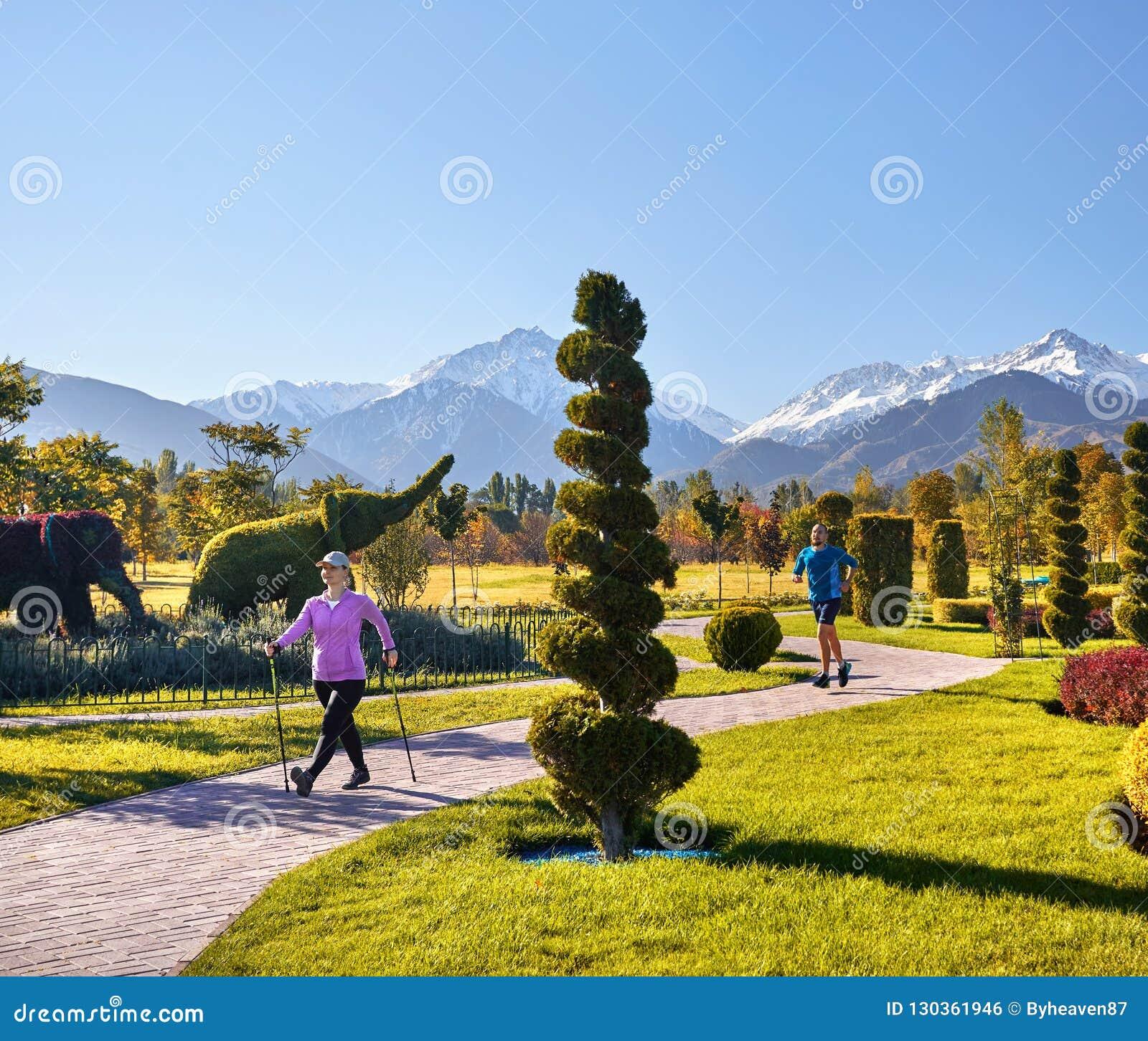Молодая тренировка пар в парке