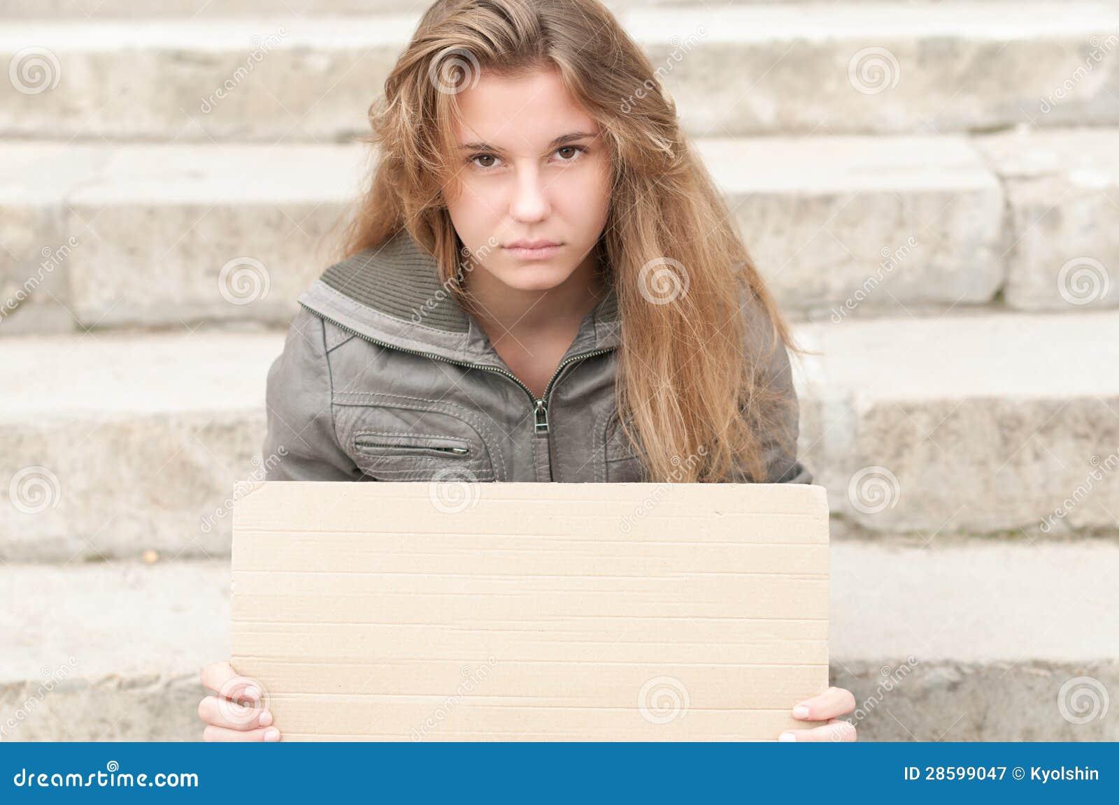 Молодая унылая девушка напольная с пустым знаком картона.