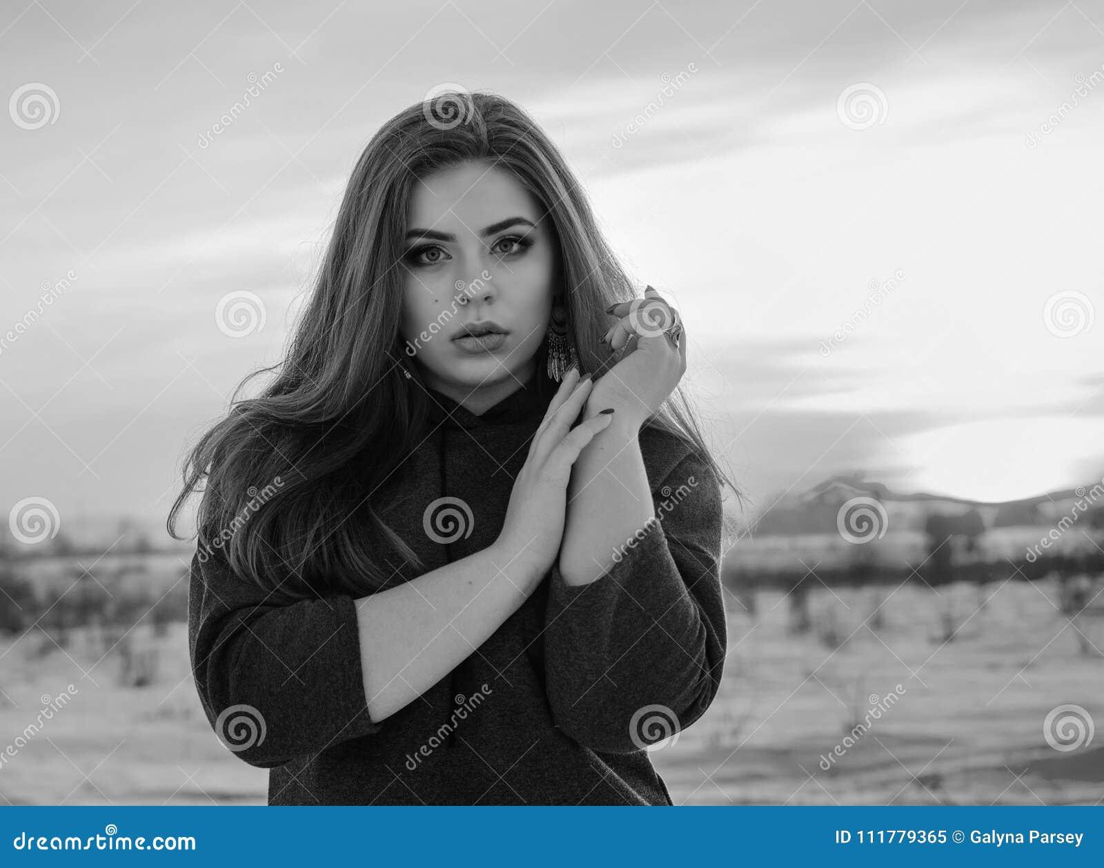 Молодая усмехаясь девушка в зиме