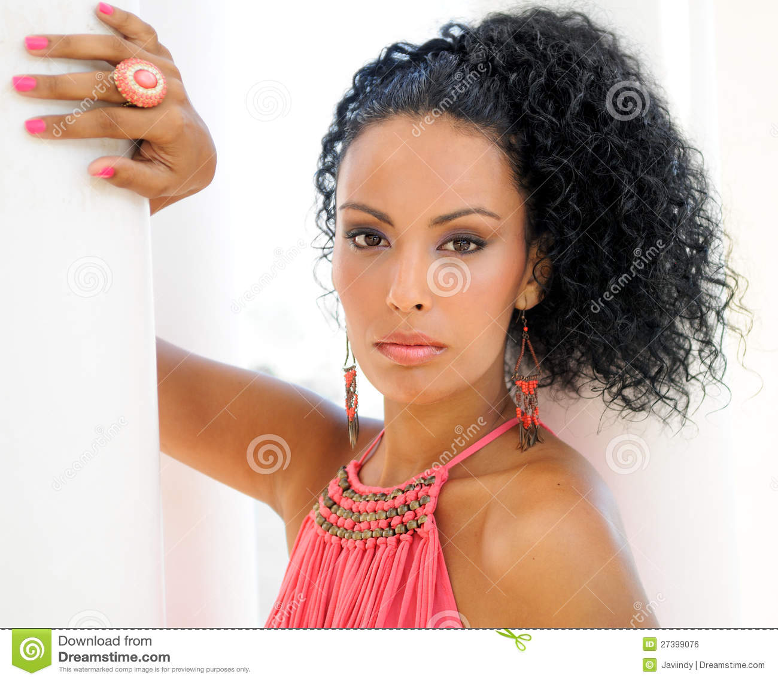 Молодая чернокожая женщина, модель способа,