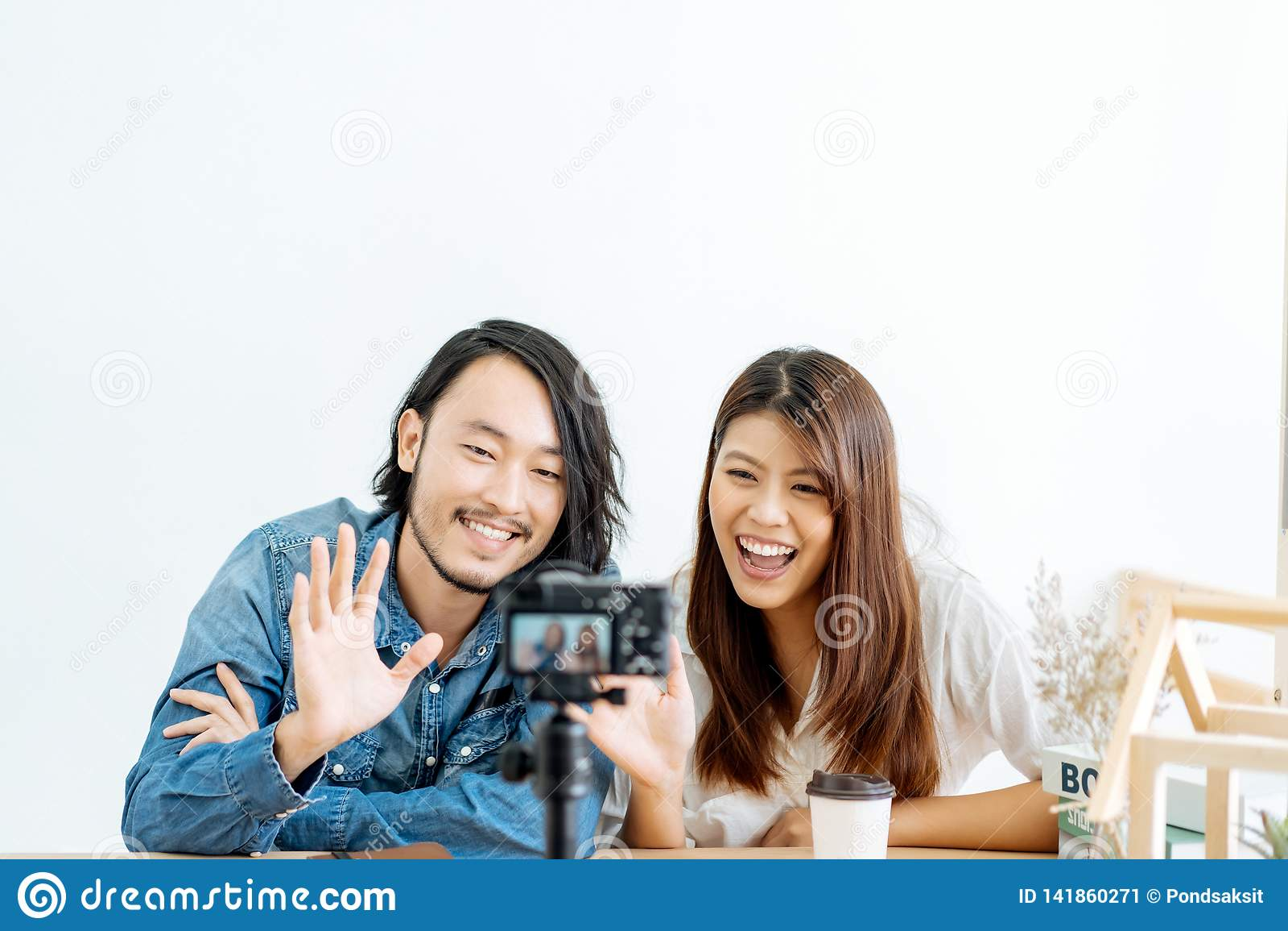 Молодой азиатский блоггер пар с видео записи