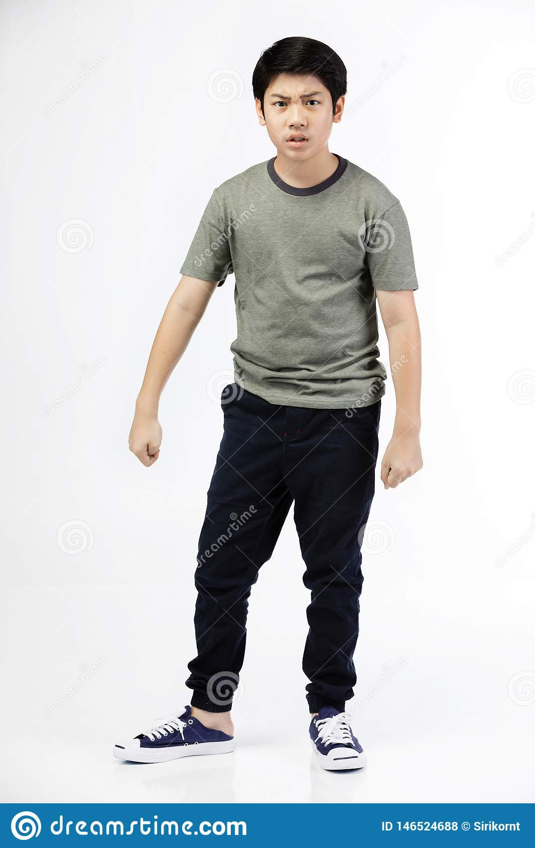 Молодой азиатский мальчик над белой предпосылкой, быть расстроенный; имейте плохое настроение эмоциональное