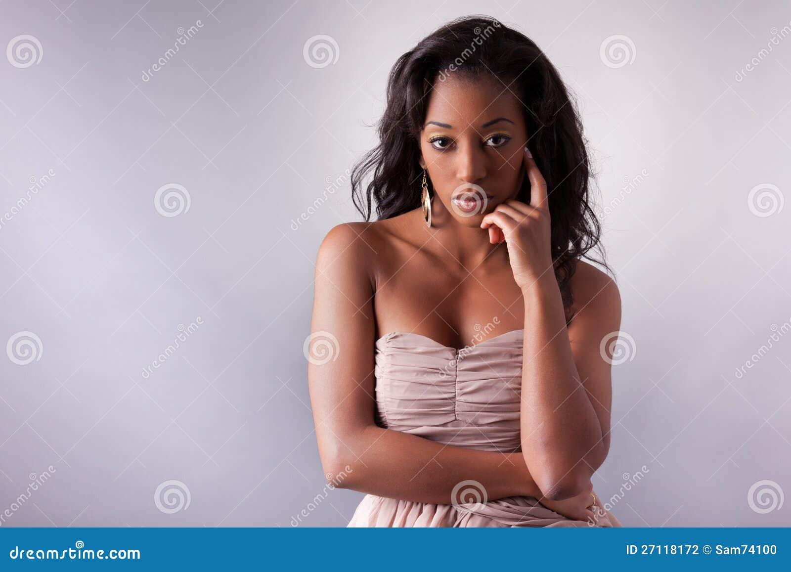 Молодой африканский amercian представлять женщины