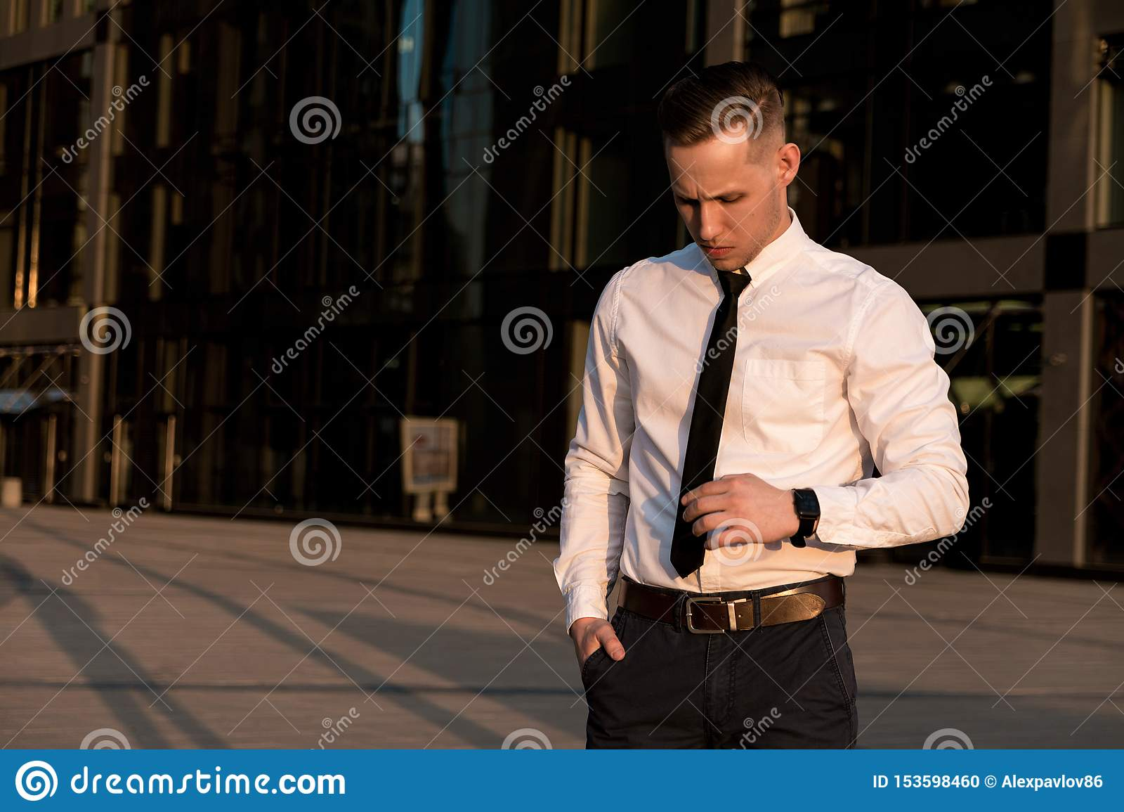 Молодой бизнесмен исправляет связь