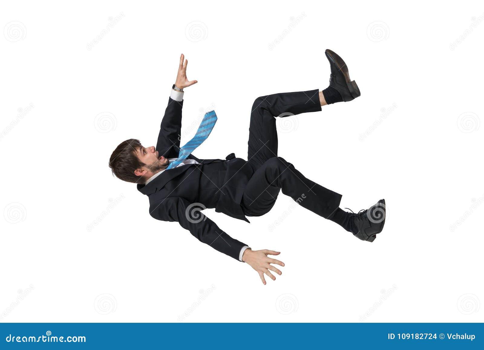 Молодой бизнесмен падая вниз в свободное падение белизна изолированная предпосылкой