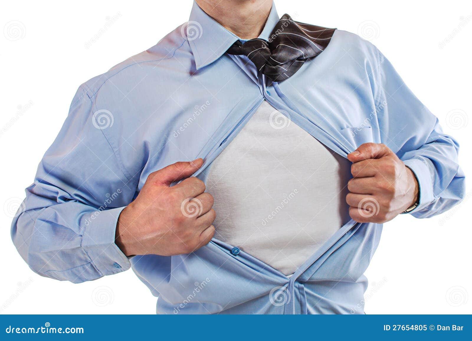 Молодой бизнесмен показывая костюм супергероя