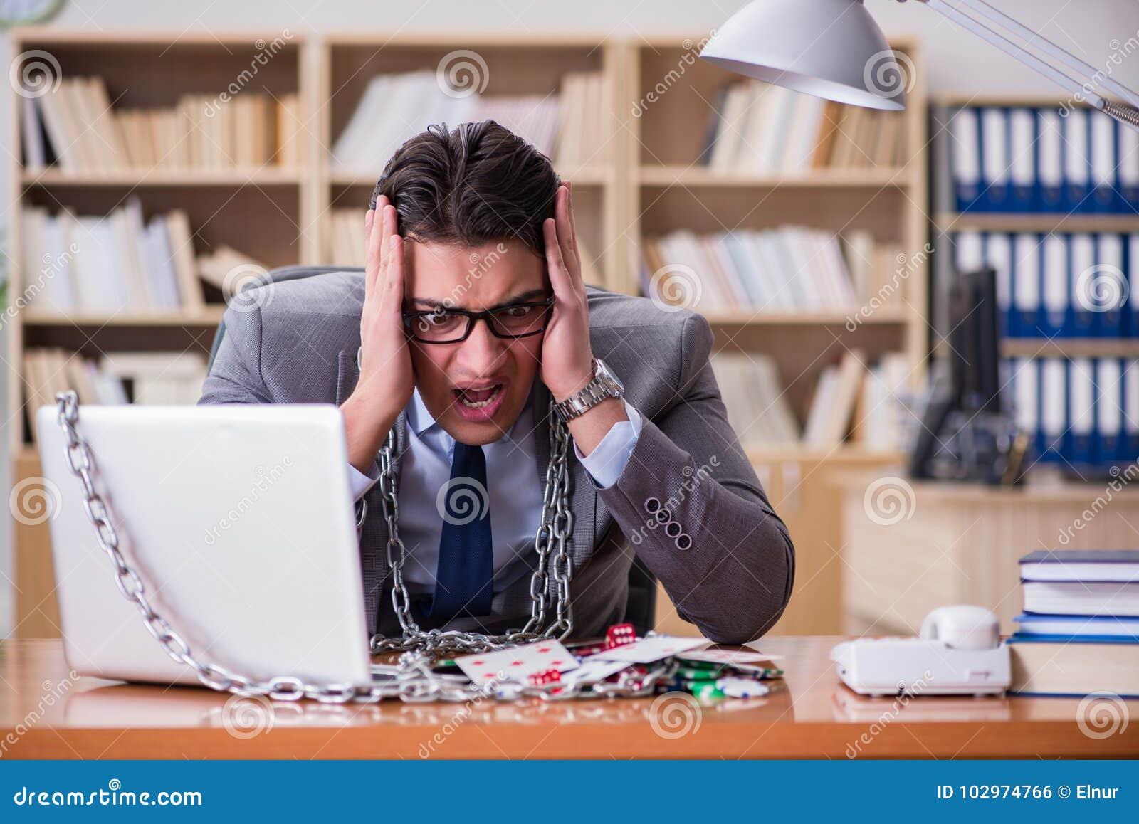 Играть онлайн в работа в офисе раздают биткоины