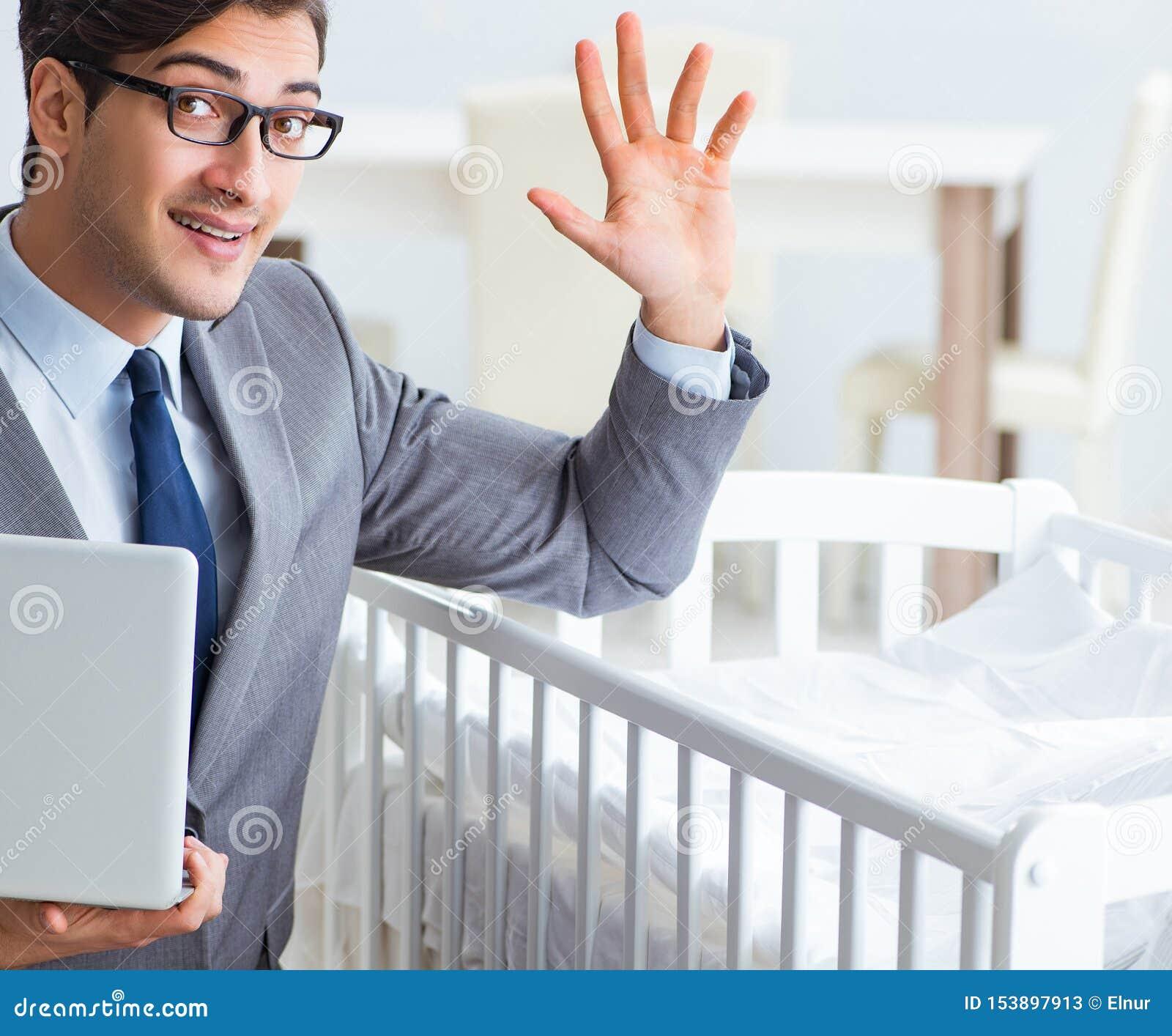 Молодой бизнесмен пробуя работать от заботить дома после newborn