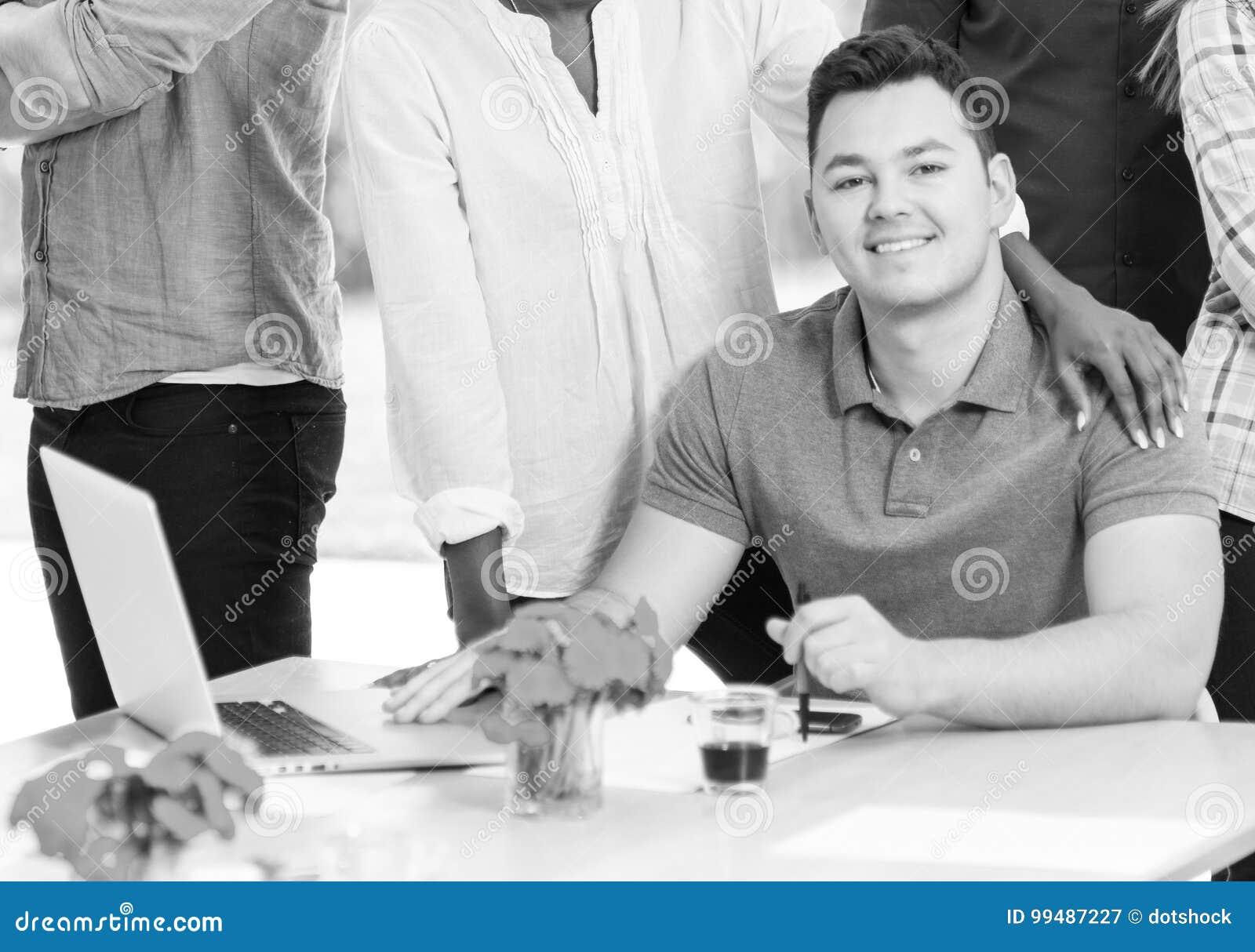Молодой бизнесмен с его командой