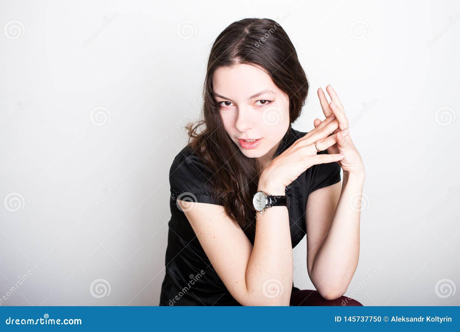 Молодой дружелюбный усмехаться брюнета Портрет молодой уверенной женщины,
