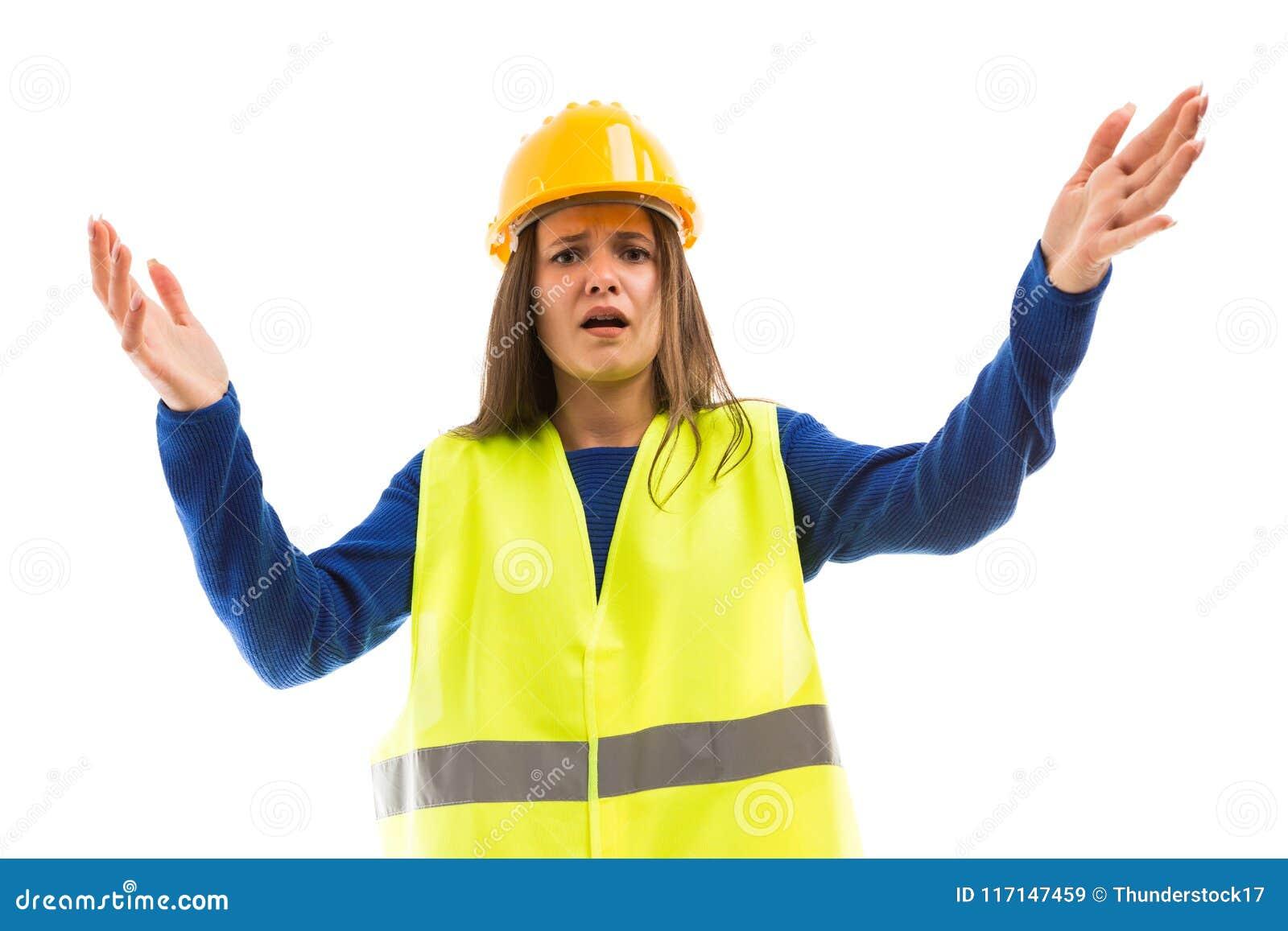 Молодой женский инженер делая сердитый жест