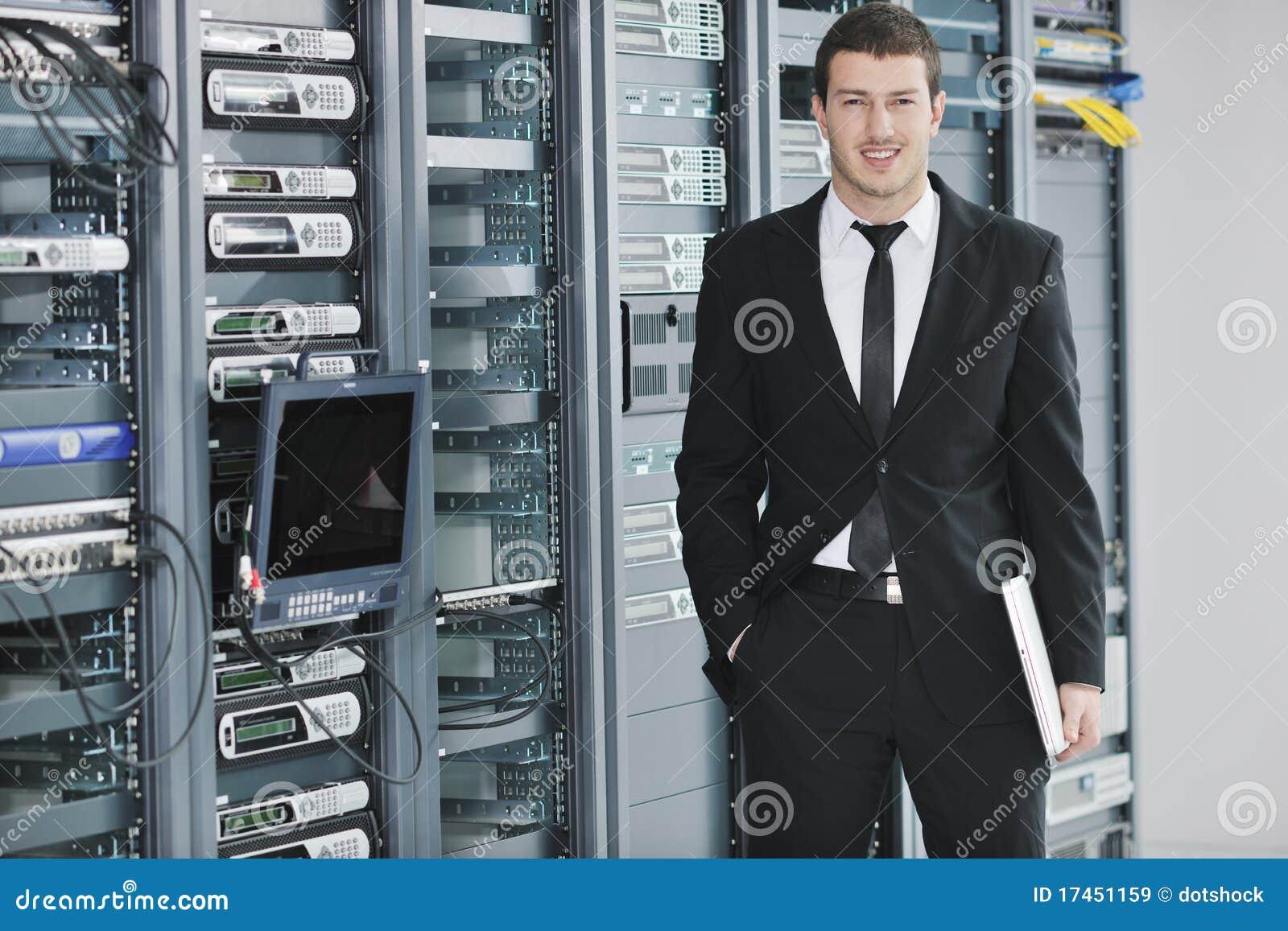 Молодой инженер в комнате сервера datacenter
