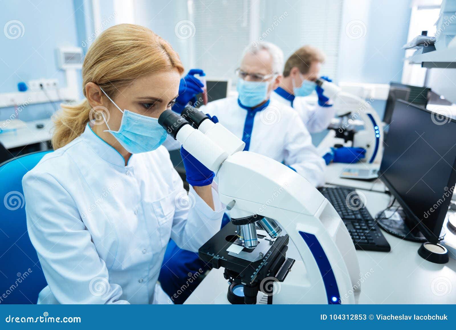 Молодой исследователь работая с хромосомами