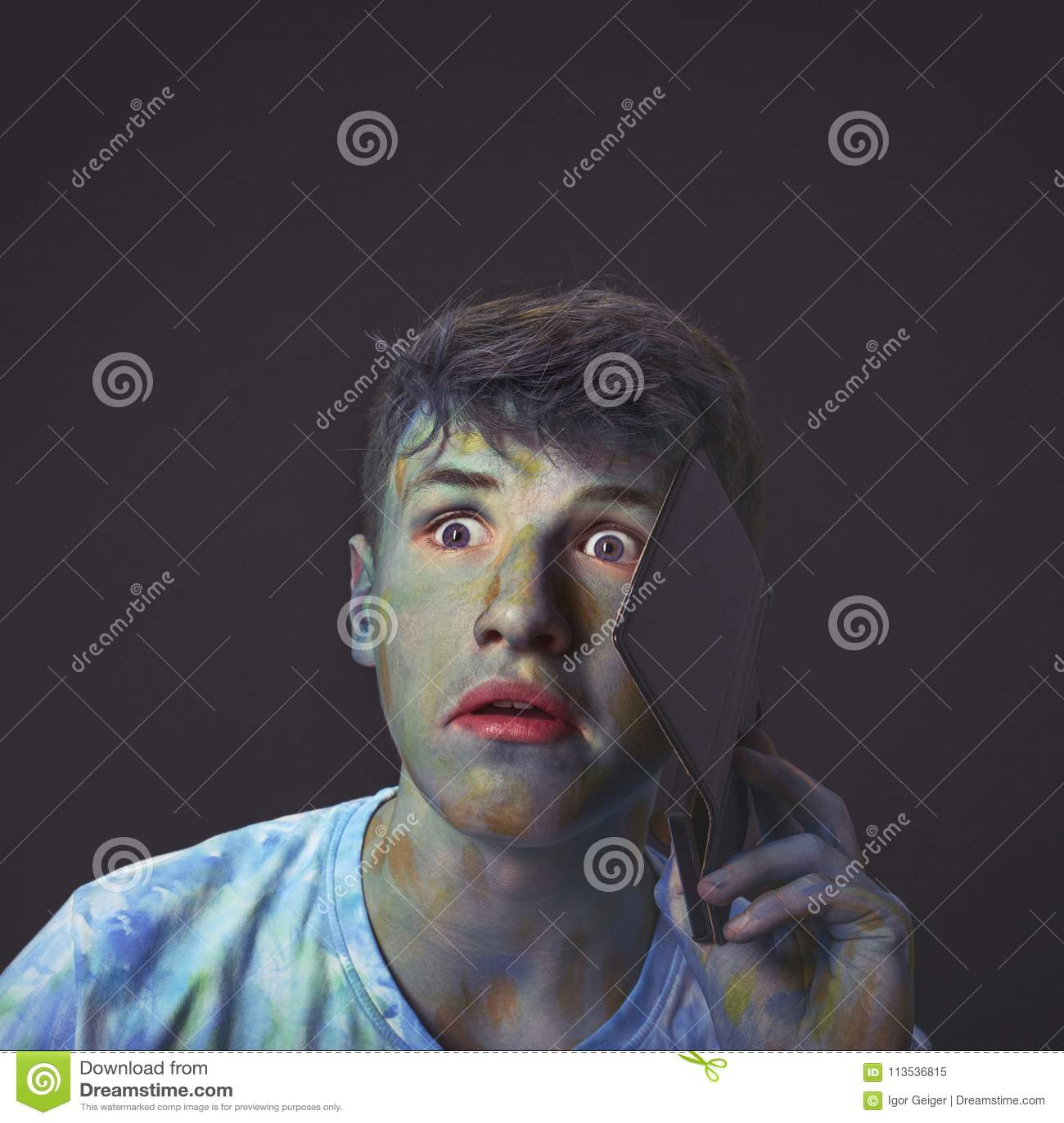 Молодой и интересный парень положенный в кожух в пестротканое talkin цветов